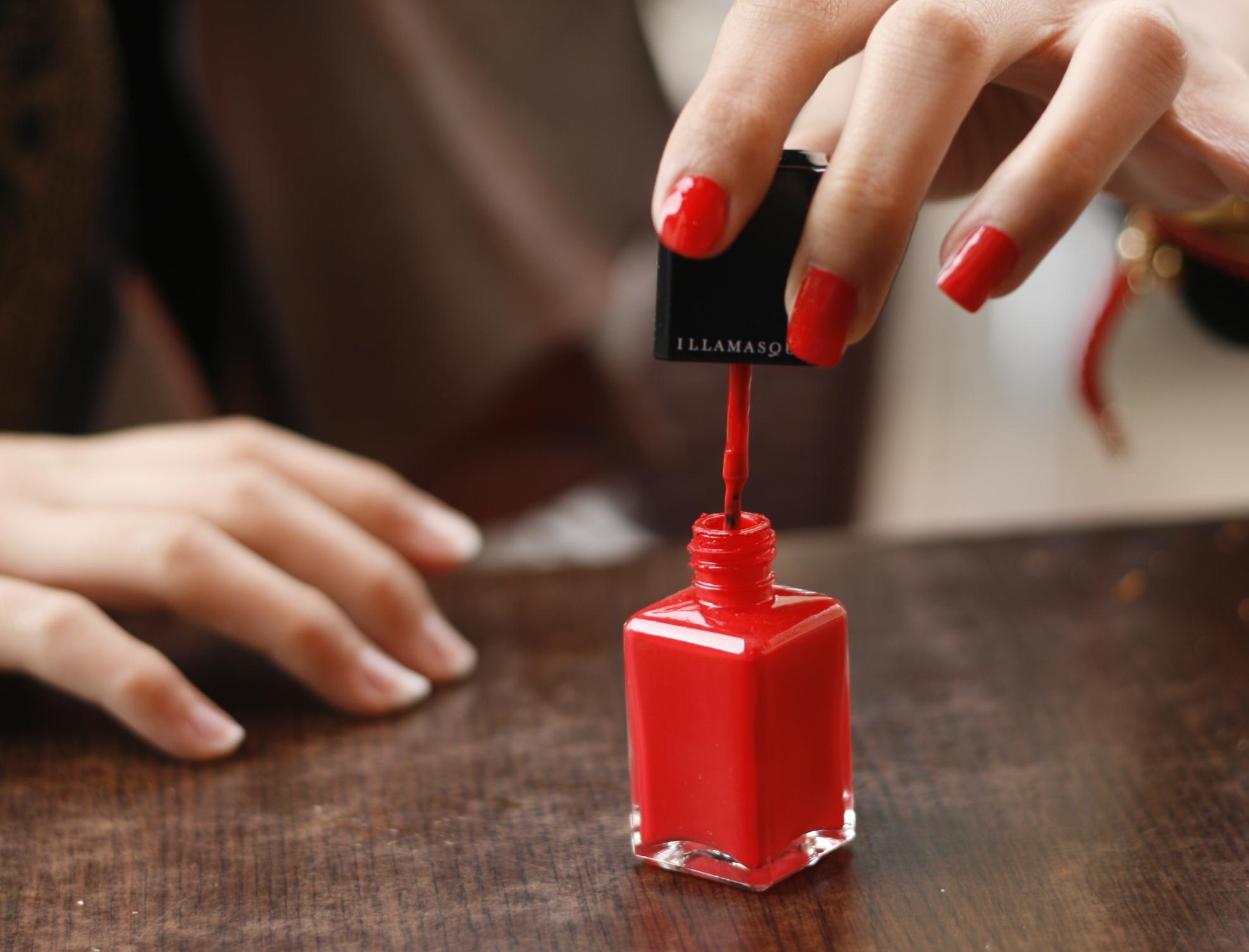 Red_nail_polish_in_application.jpg