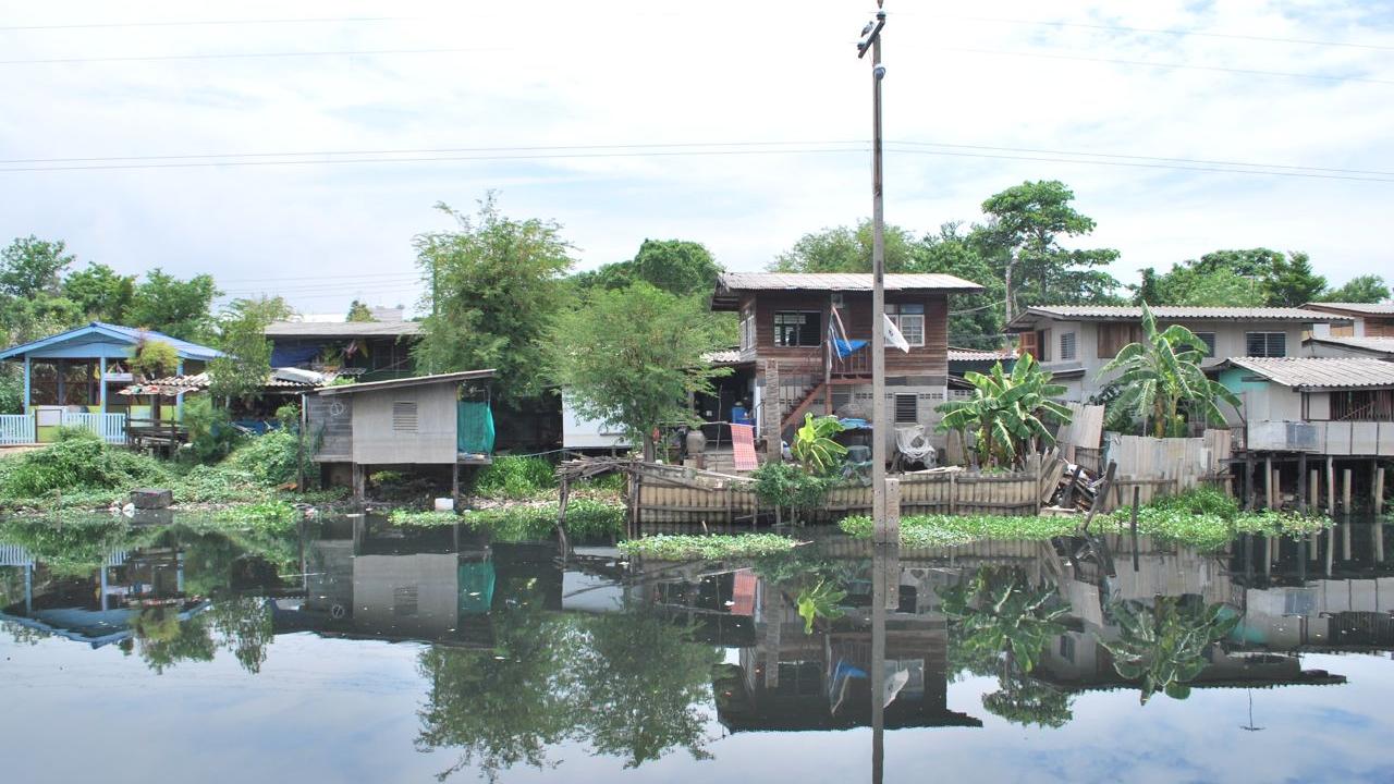 Slums along the Klong Bangbua river canal in Bangkok's Bangkhen District. (Source: Walter Fieuw)