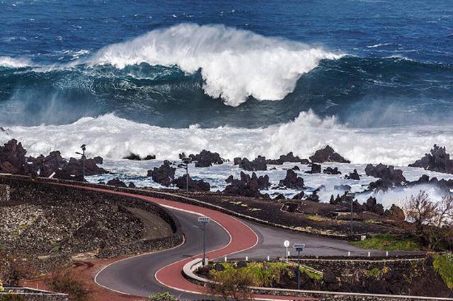 Hercules sending monster waves to the Azores // photo.Antonio Araujo