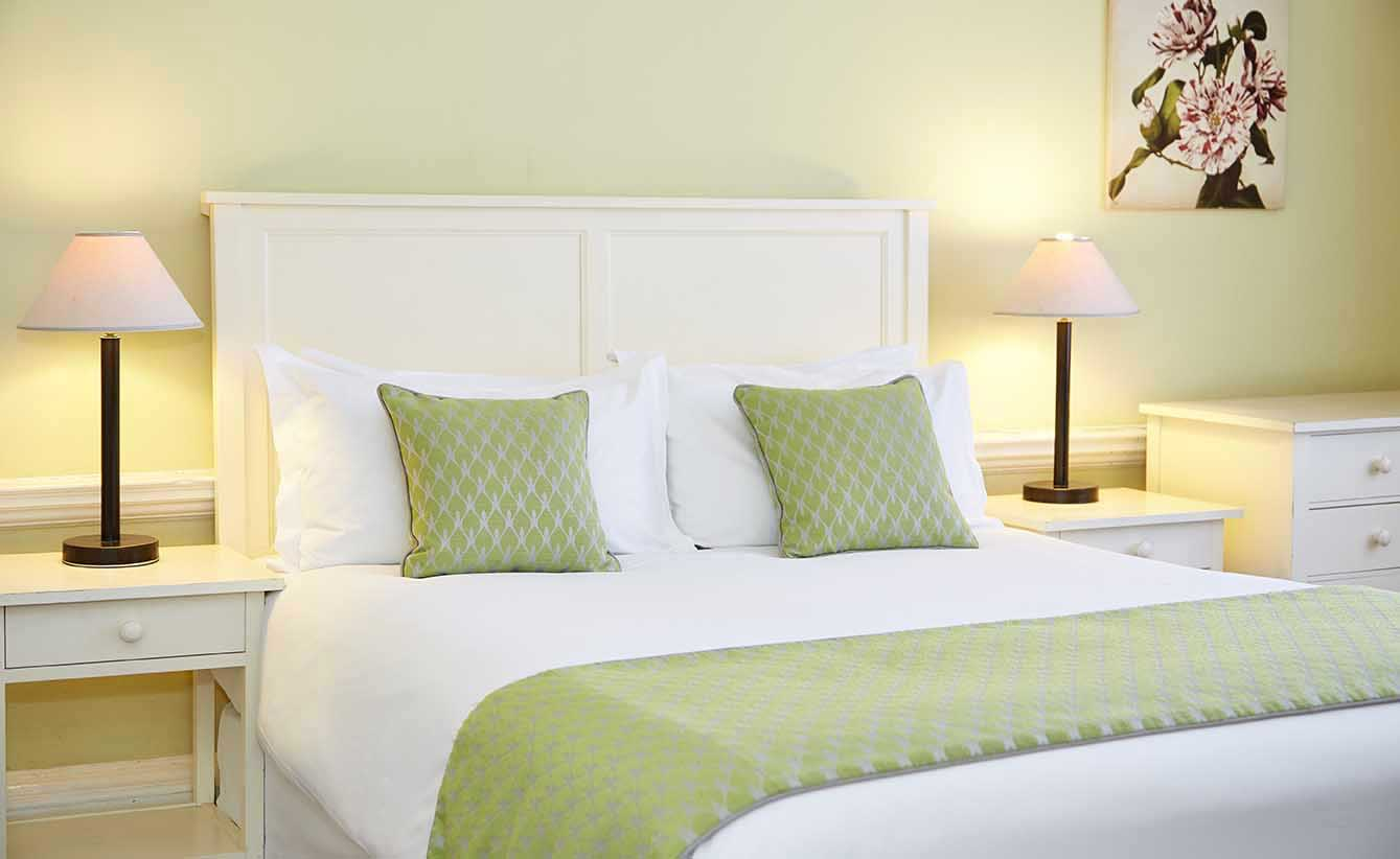 henley loch fyne bedroom hotel photography interior photography property photography greene king exterior seating.jpg