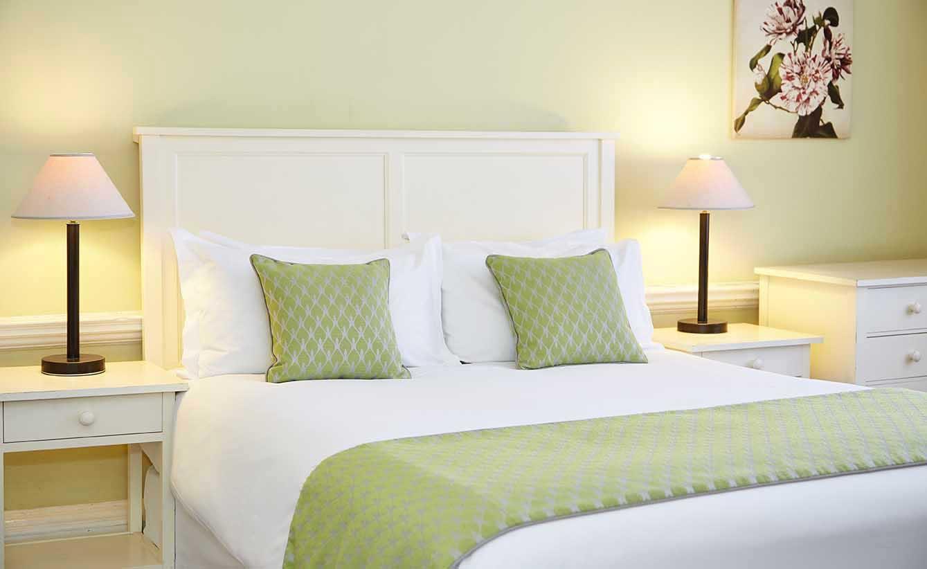 henley loch fyne bedroom hotel photography interior photography property photography greene king exterior seating.jpg
