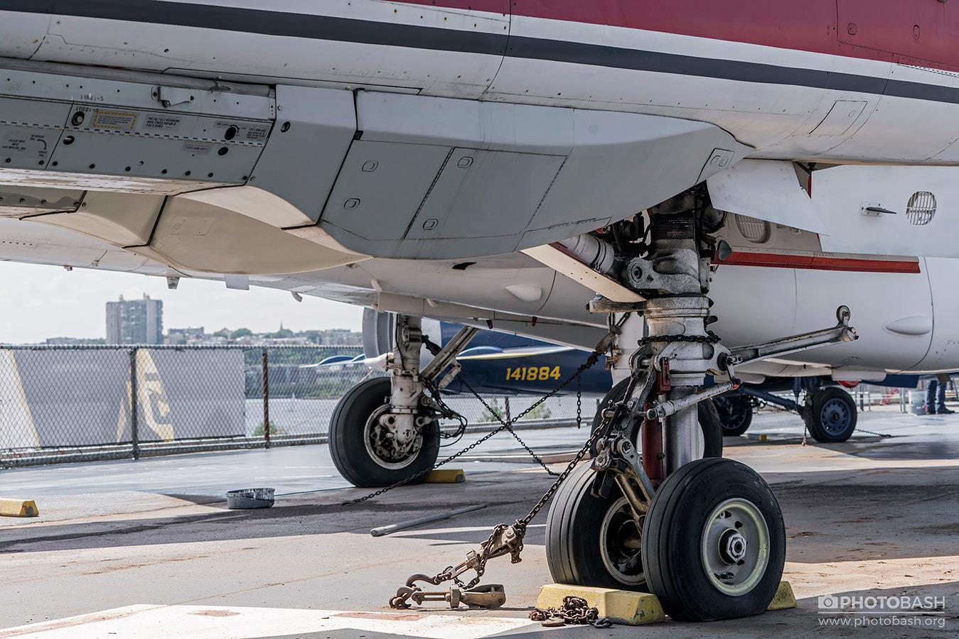 American-Jet-Fighter-Aircraft-Landing-Gear.jpg
