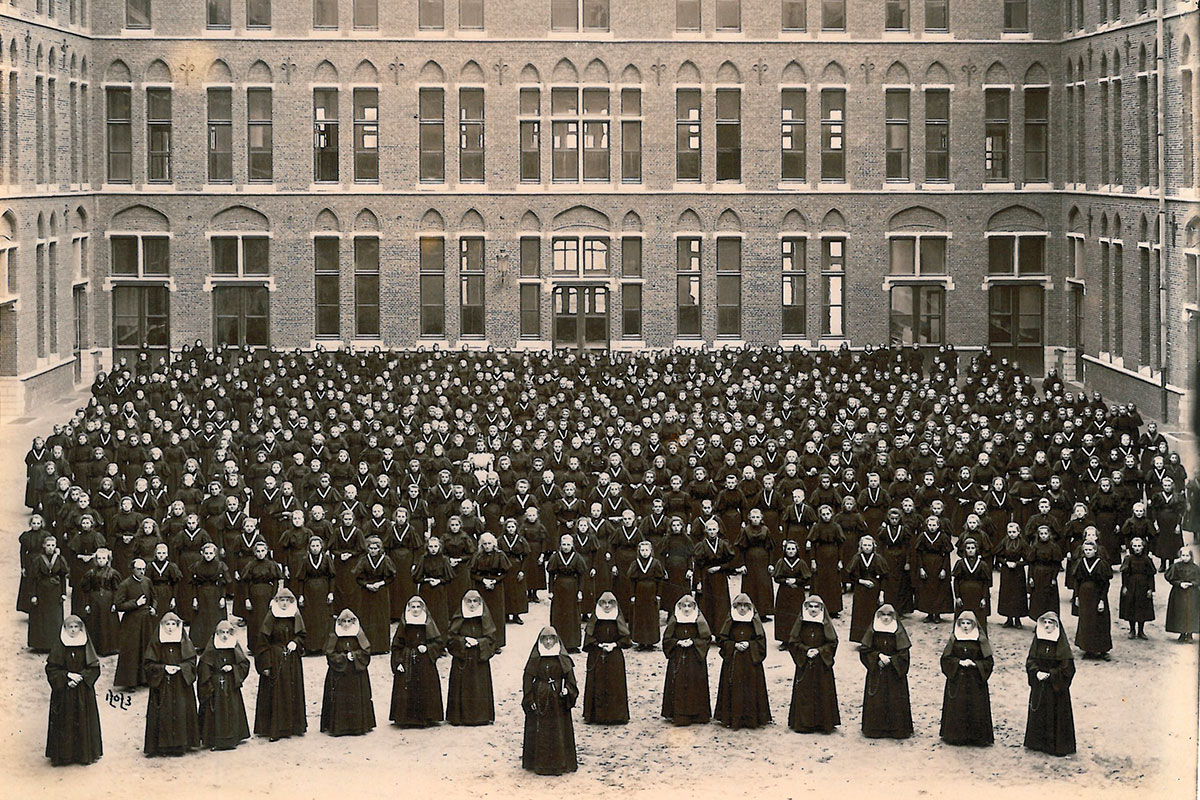 Zusters en leerlingen binnenplein HELLEPUTTEVLEUGEL HEILIG HARTINSTITUUT 1896 CEGAH