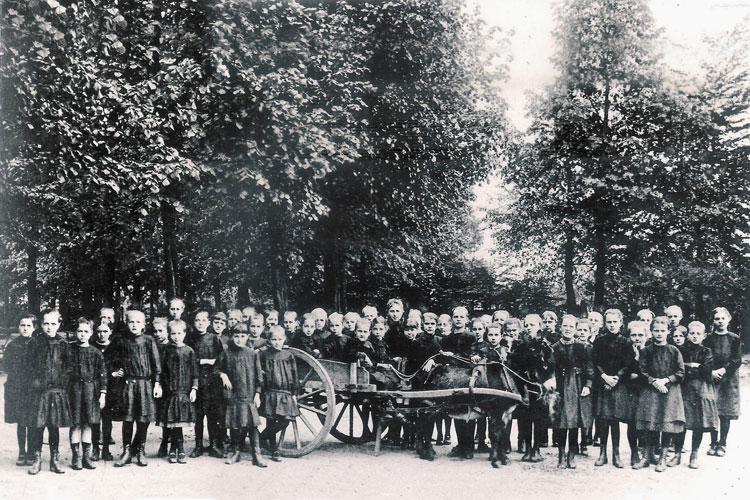 leerlingen Heilig Hartinstituut klaar voor uitstap naar het Zoet Water ca 1895. CEGAH