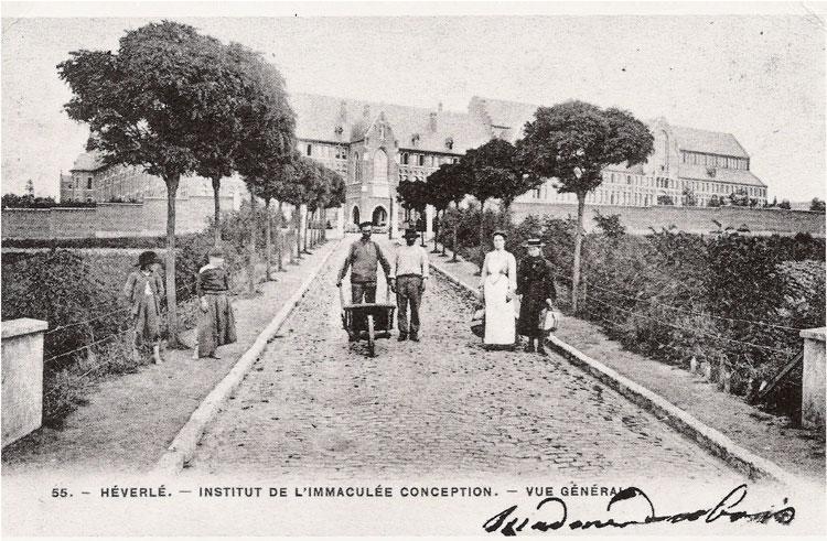 Aan de ingang van het Heilig Hartinstituut omstreeks 1905. Prentkaart CEGAH
