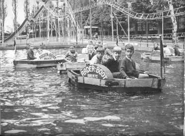 Pretpark 'Luna Park', drie generaties in handen van de familie Duchesne, De Leuvense fietsenfabrikant werd in de jaren 1930 geïnspireerd door een pretpark in hartje PArijs.
