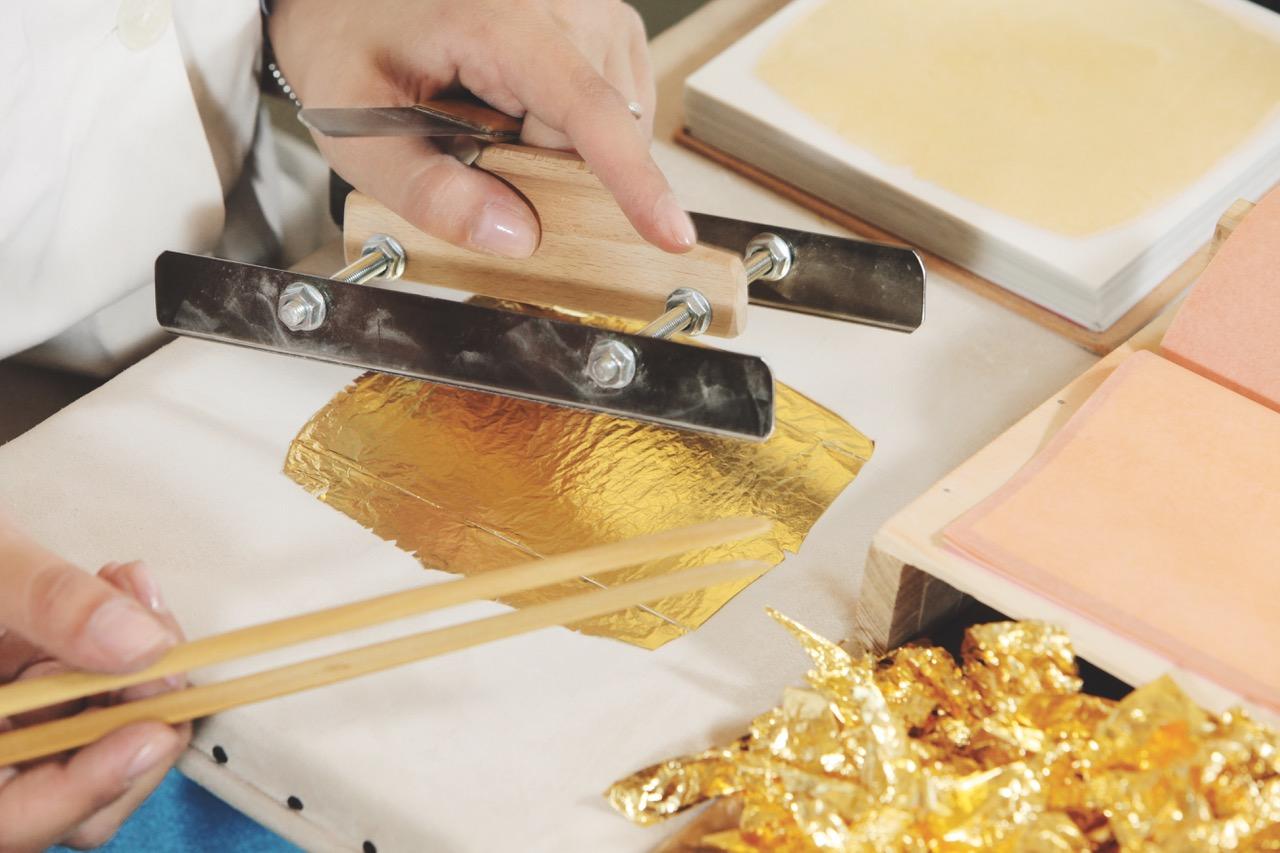4.Taglio manuale foglia oro.jpeg