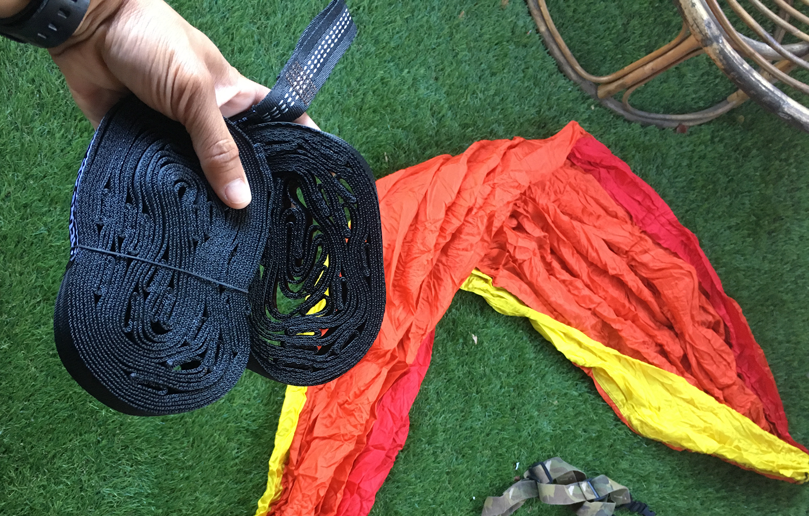 Preview of the Eno Atlas XL Hammock strap, Eno Sunshine doublenest Sunshine in background.