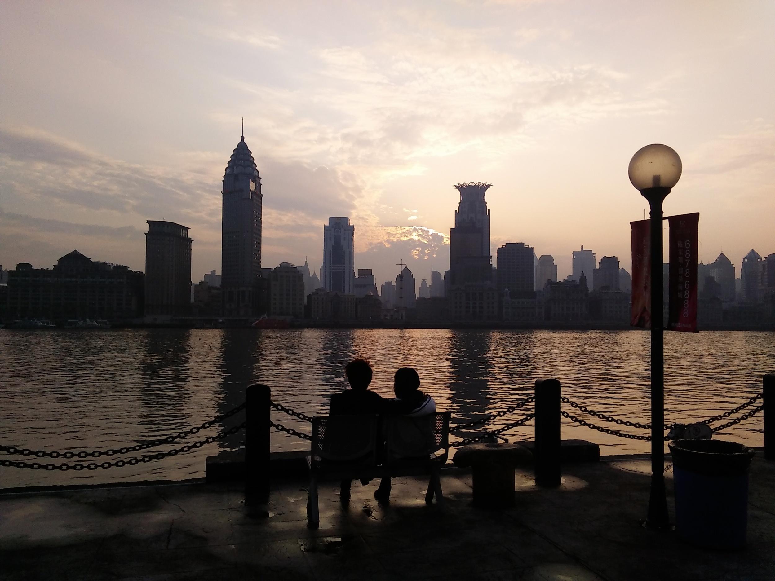 As dusk falls birdsong inBinjiang Park accompanies the wash of waves on the Pudong Shore.