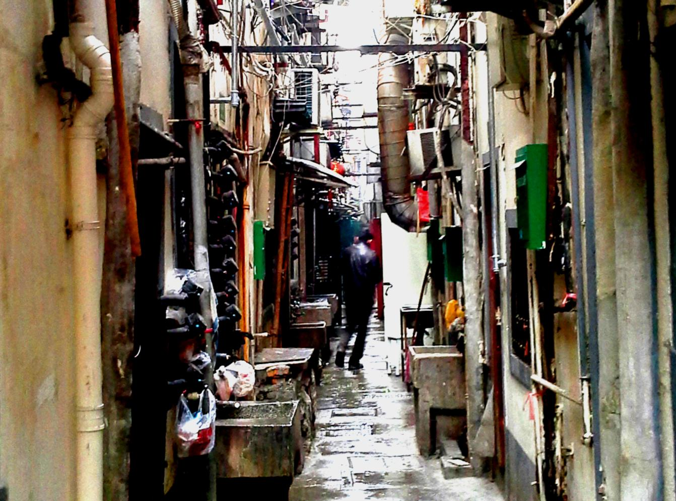 Buffered from the street noise, you can find some relative quiet down Shanghai's traditional lilong.   隔离着街路的吵闹,随着上海传统的里弄,您也可以在都市里寻回些珍贵的宁静。