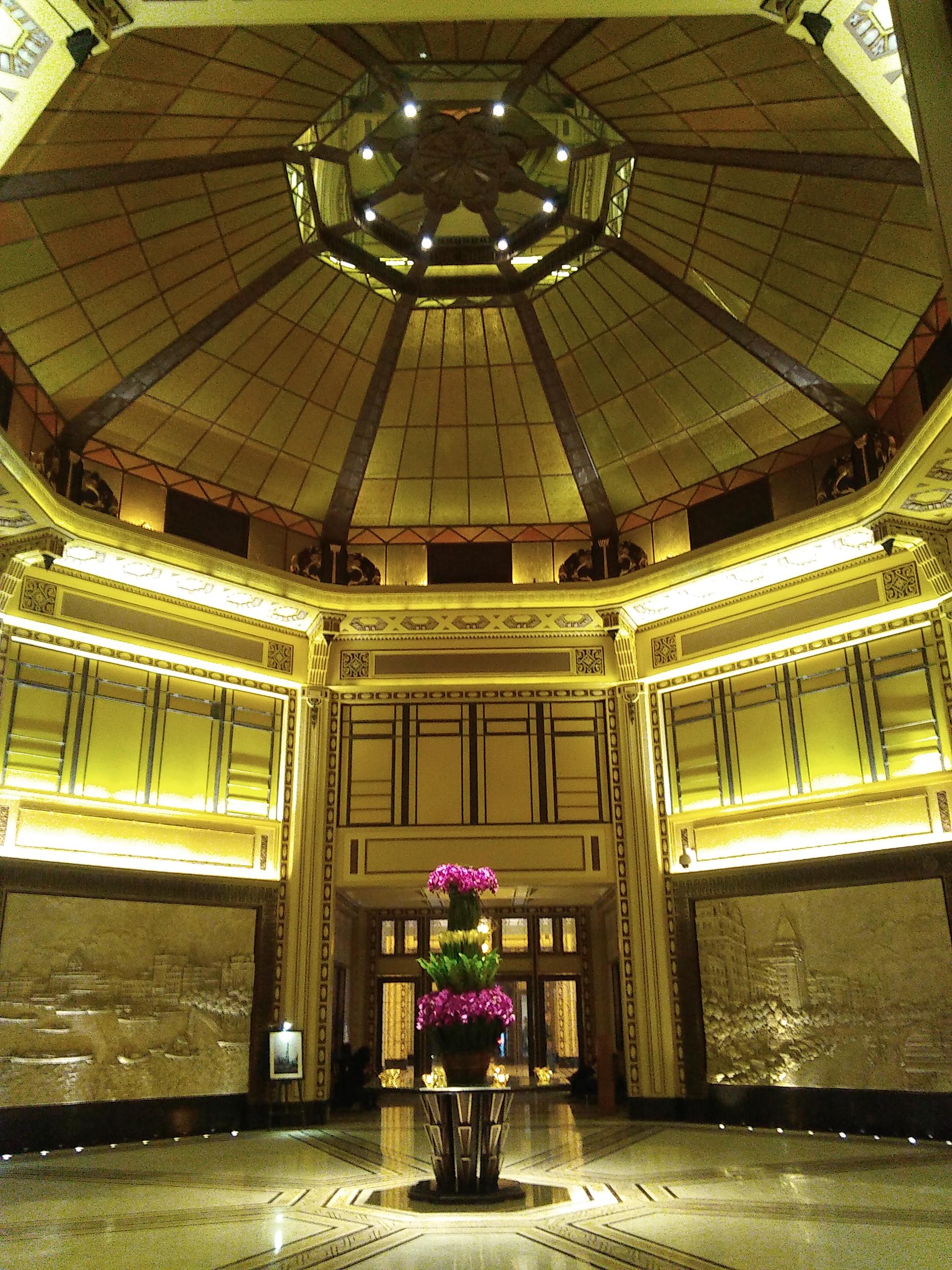 Jazz floats down the main hallway of the Peace Hotel like a fading memory of a bygone era.   如那渐渐消失的昔日岁月,爵士音乐的气氛也在和平酒店的大堂里缓缓地飘动着 。