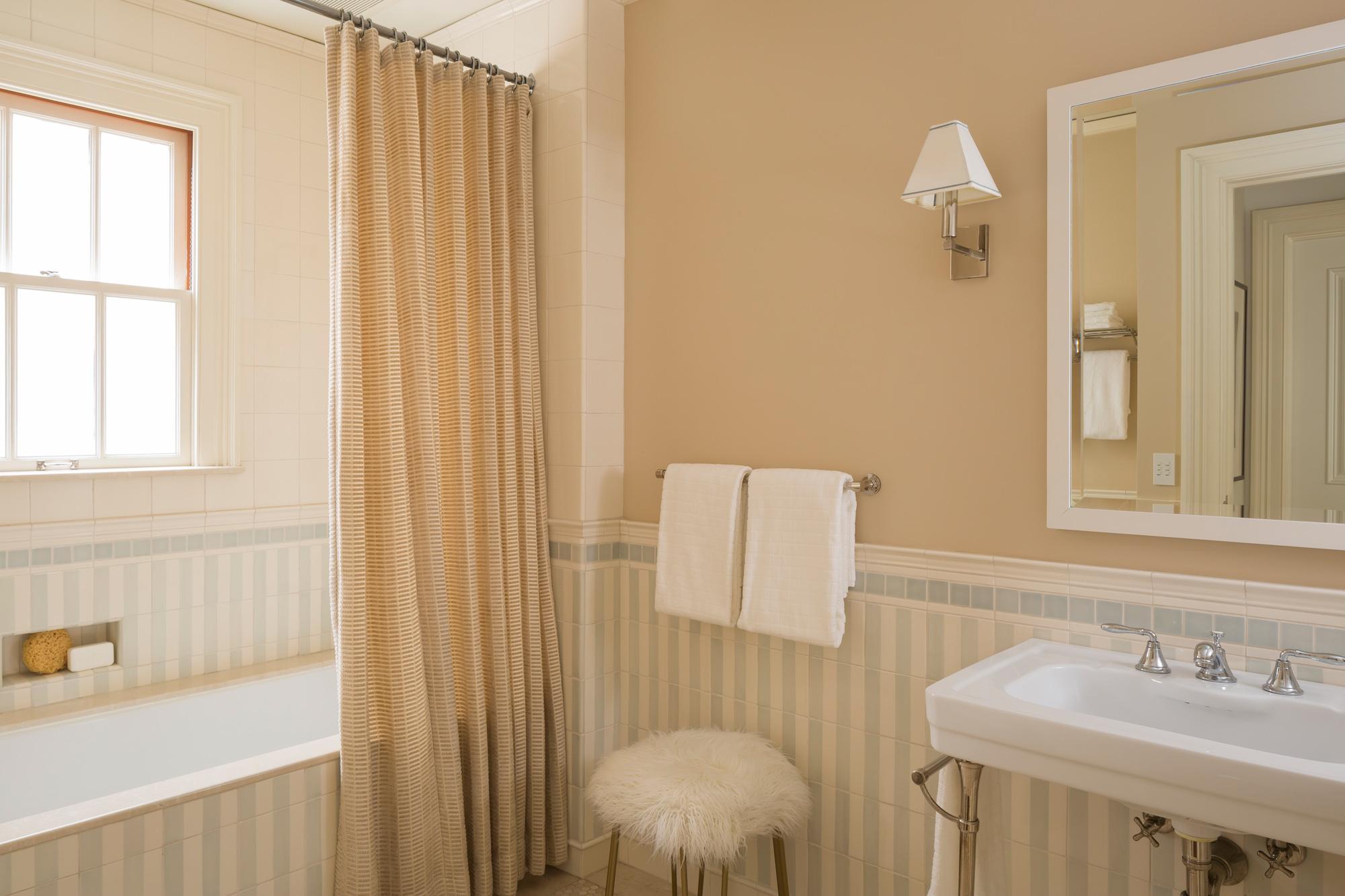 L2_Guest_1_Bath_4945.jpg
