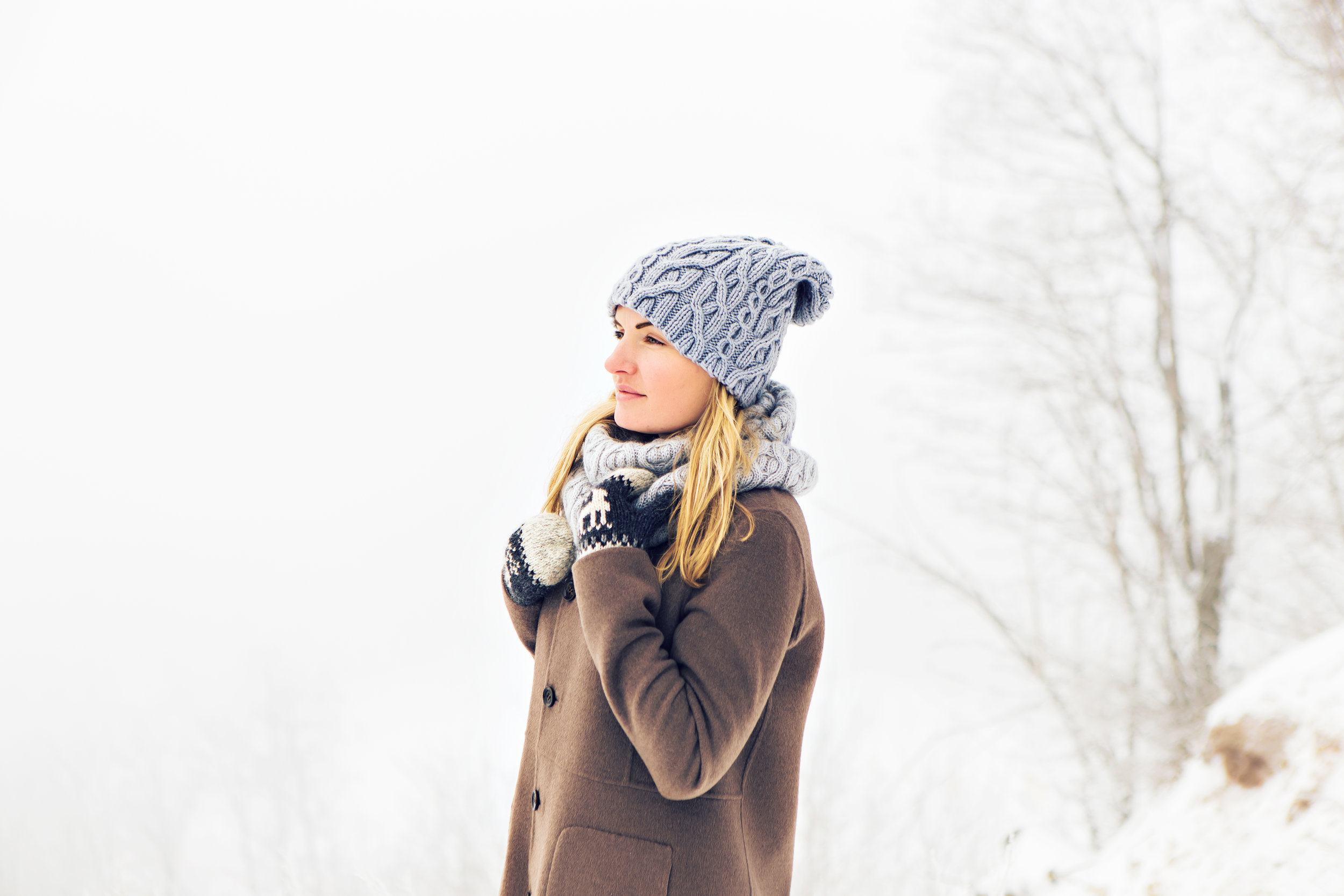 attractive-young-woman-in-wintertime-outdoor-snow-PL49CSV.jpg