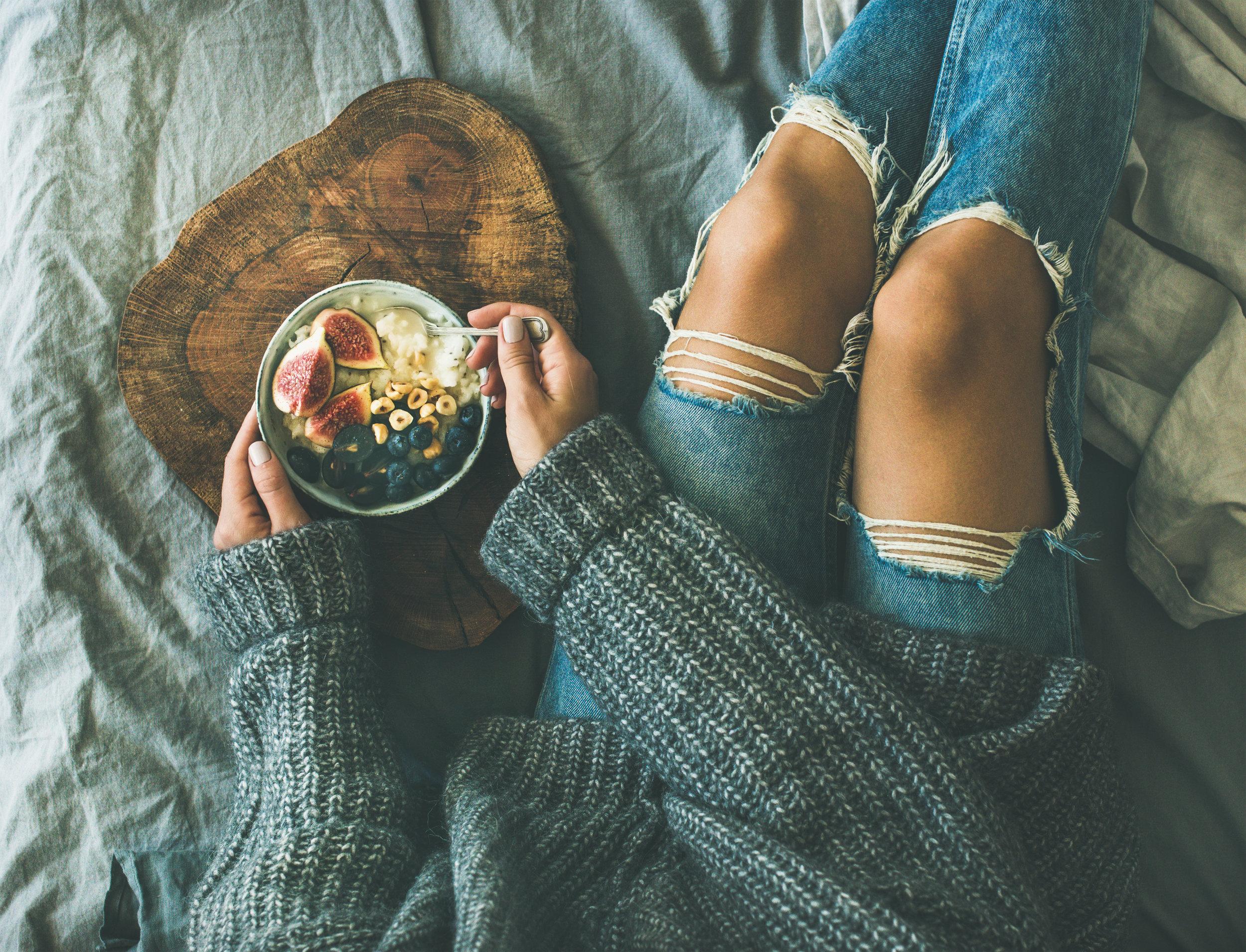 healthy-winter-breakfast-in-bed-concept-top-view-PXGMCS8.jpg