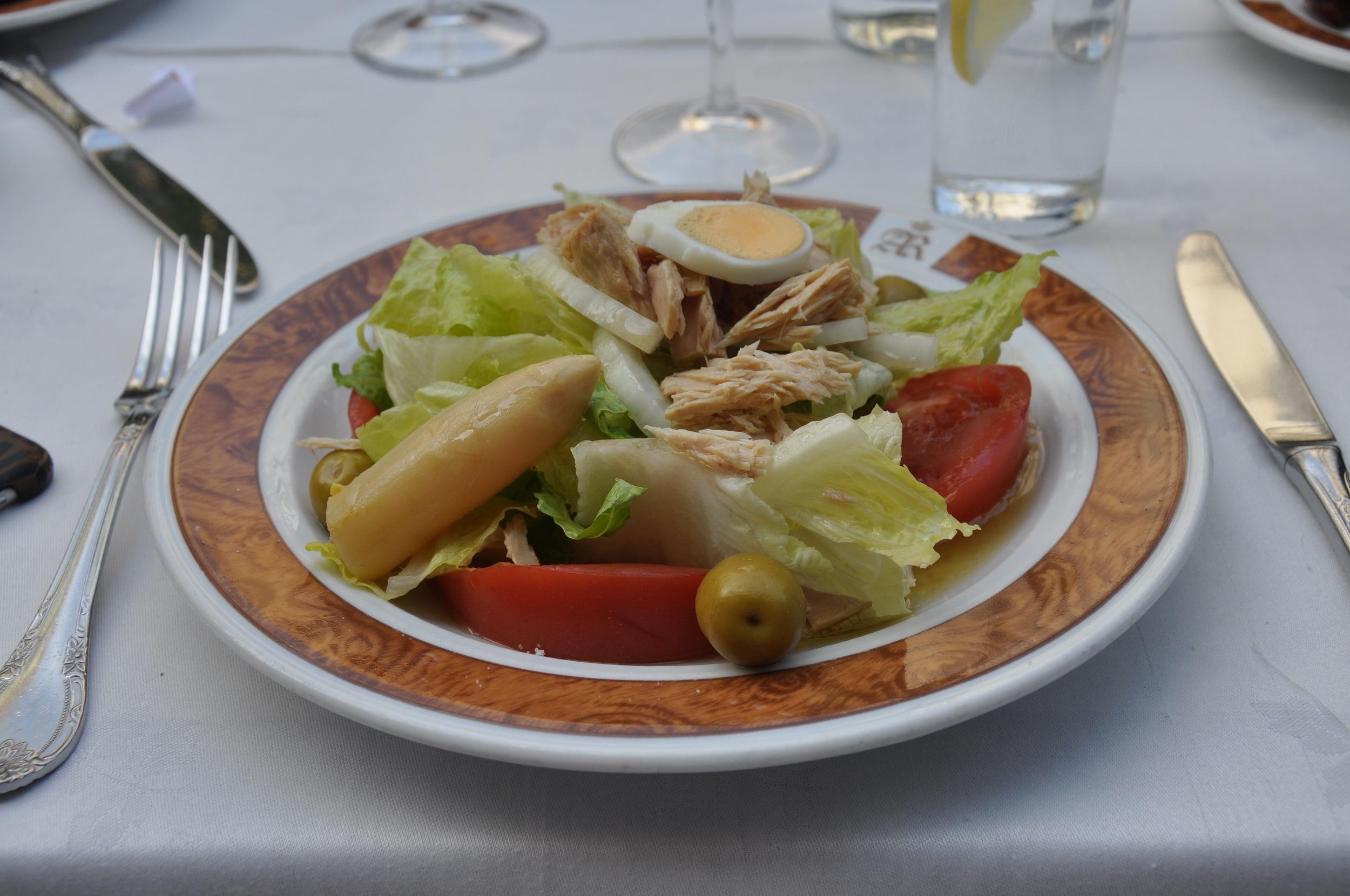 Un ensalada mixta (mixed salad).