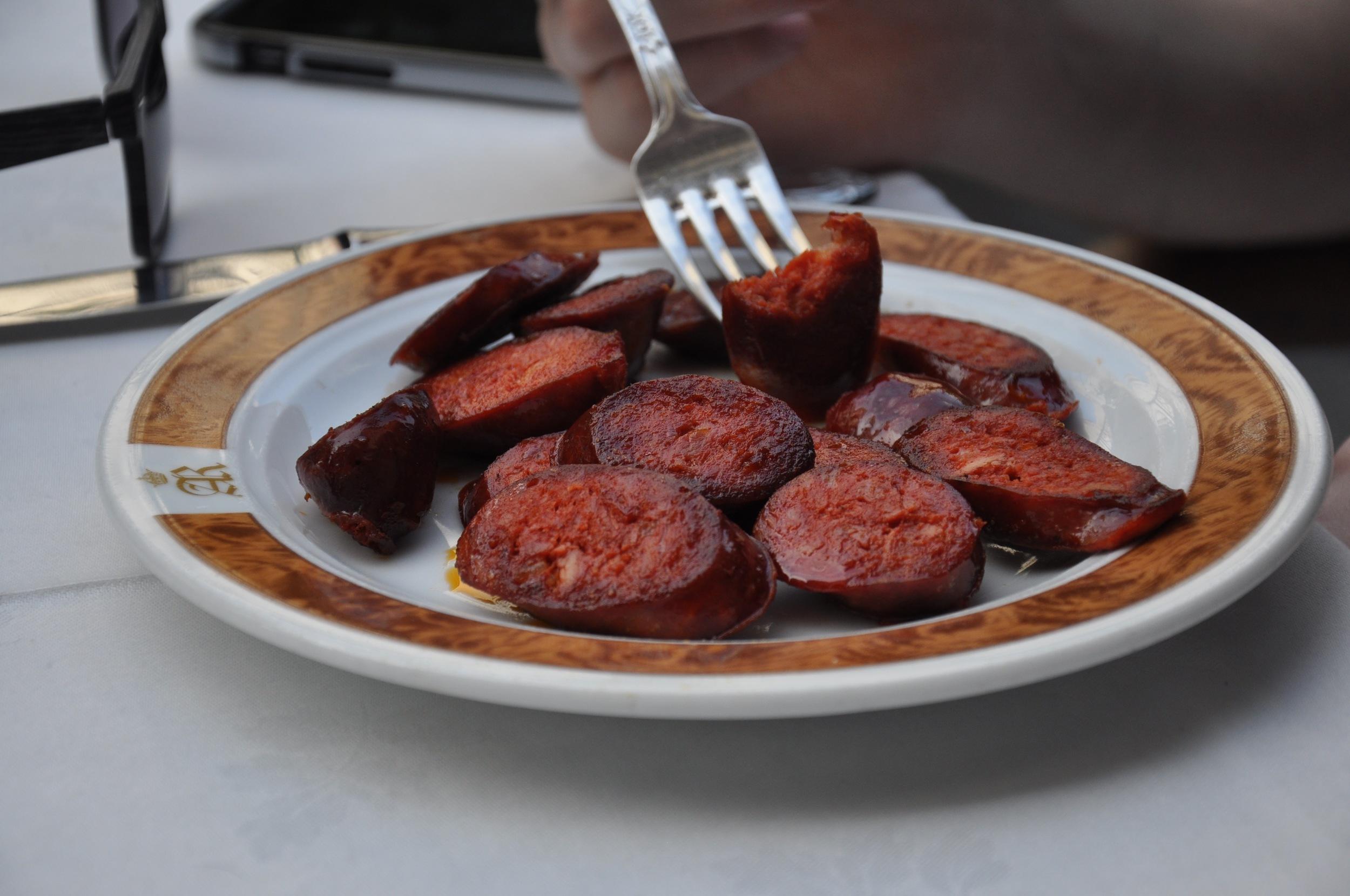 Un chorizo barbacoa casera (homemade barbecue chorizo). It's basically BBQ sausage!