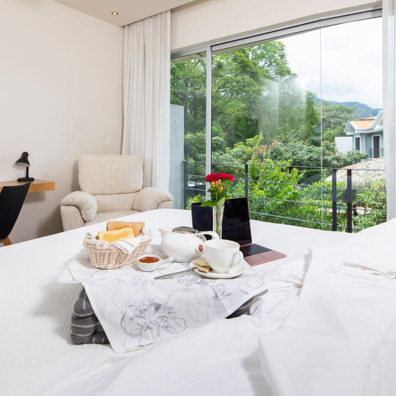 """""""¡Limpio, fresco y moderno! Verdaderamente el mejor hotel en el que me he hospedado en Costa Rica. Excelente servicio al cliente, me sentí muy tranquila y cómoda.""""   - Huésped via Booking.com"""