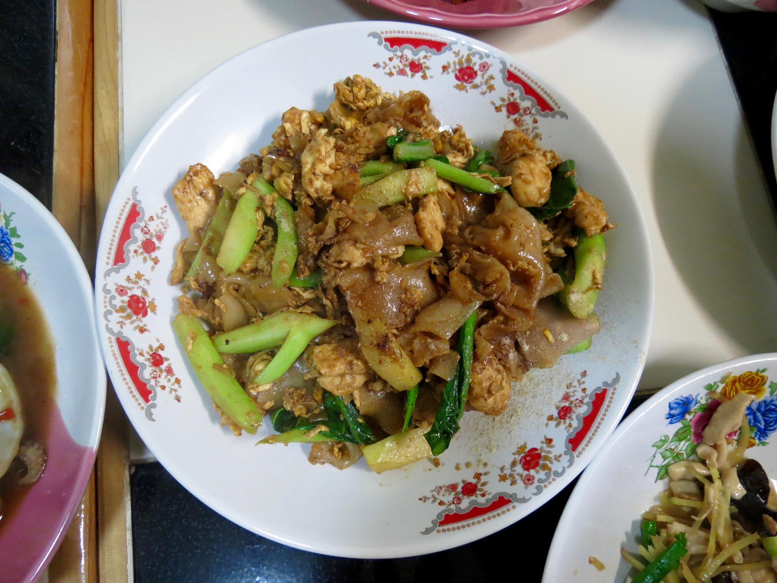 sweet soy sauce broad rice noodles w- chicken.jpg