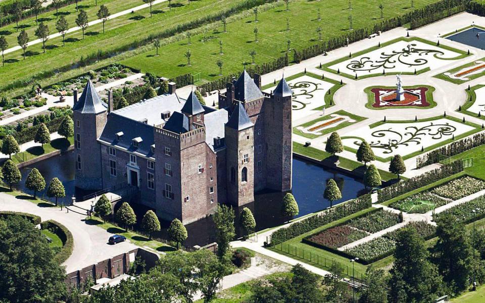 Overzichtsfoto van het slot met zijn kasteeltuinen.