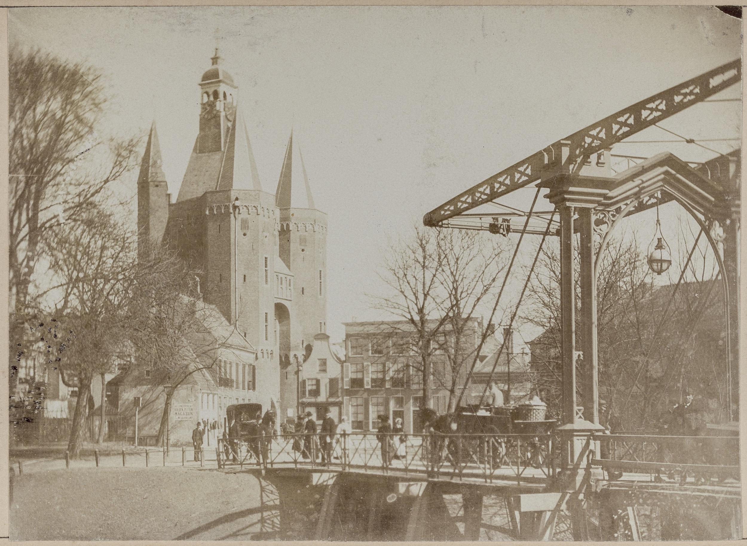 De Sassenpoort in vroegere tijden.