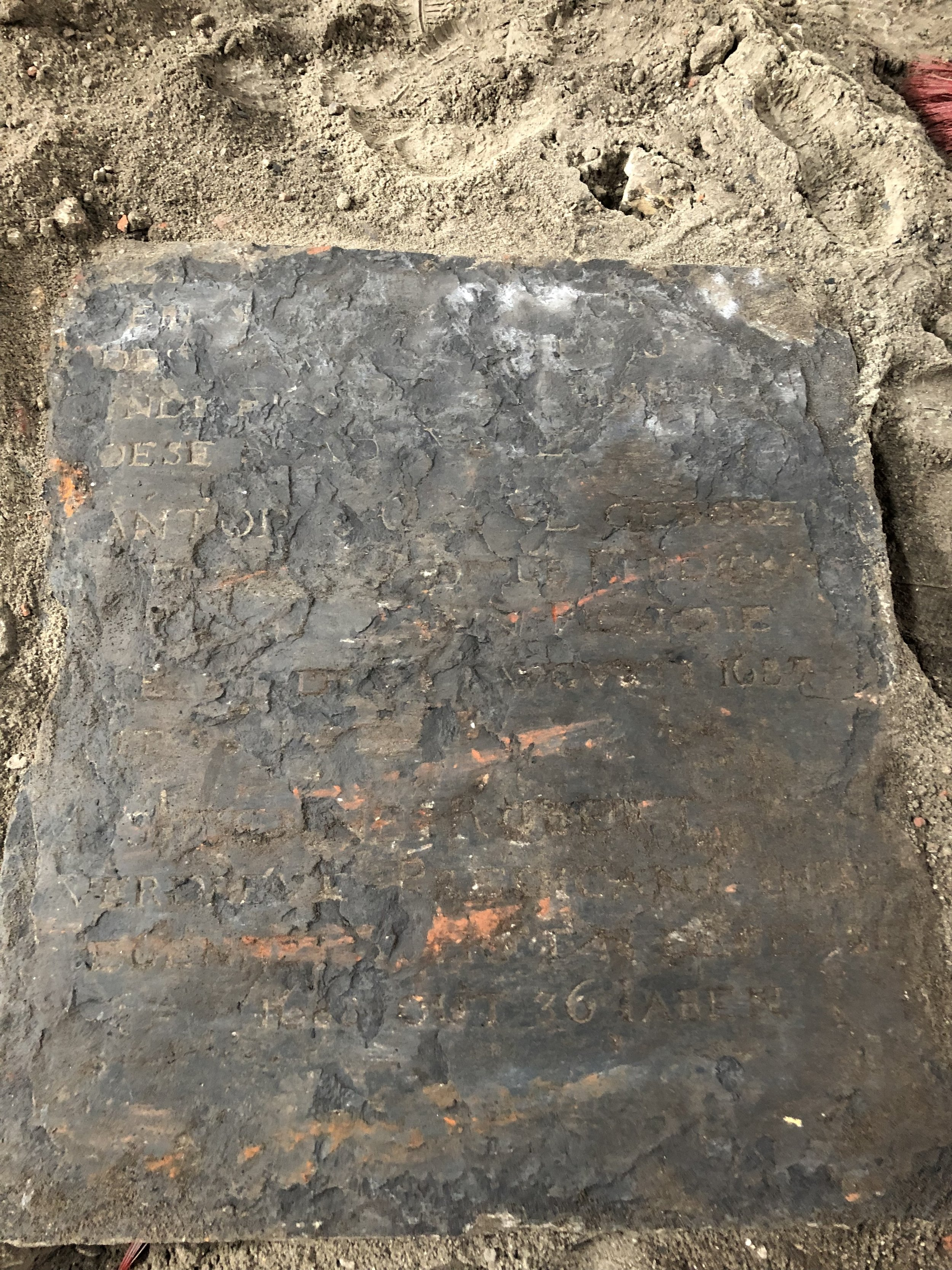 Grote Kerk Veere - Verloren grafzerk teruggevonden bij graafwerkzaamheden