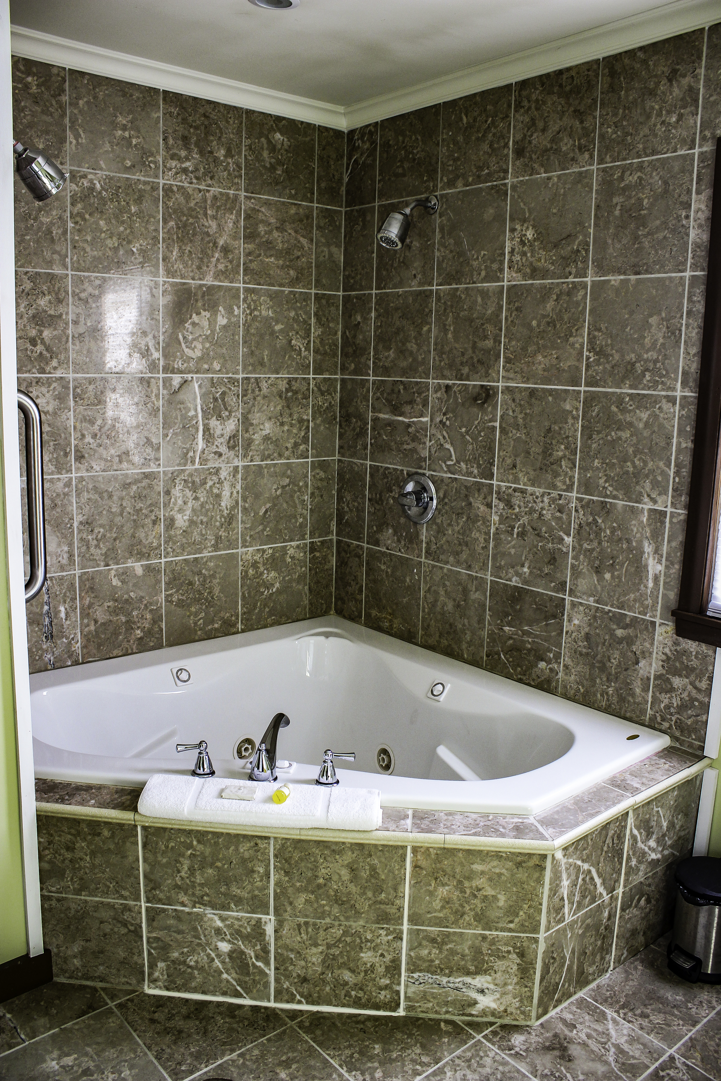 20130610-White Oak Port Jacuzzi tub.JPG