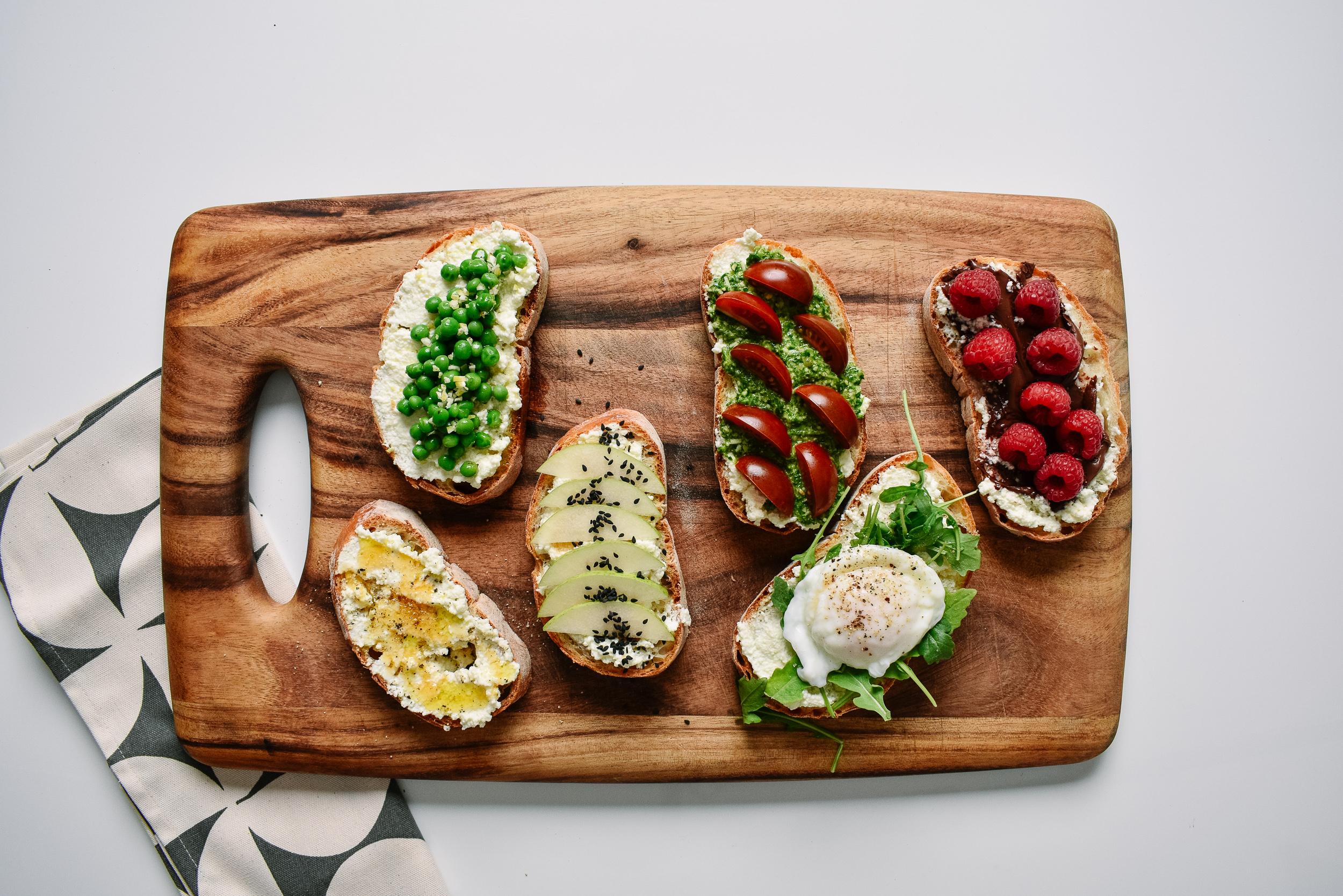 Ricotta toast - With tomatoes + pesto.