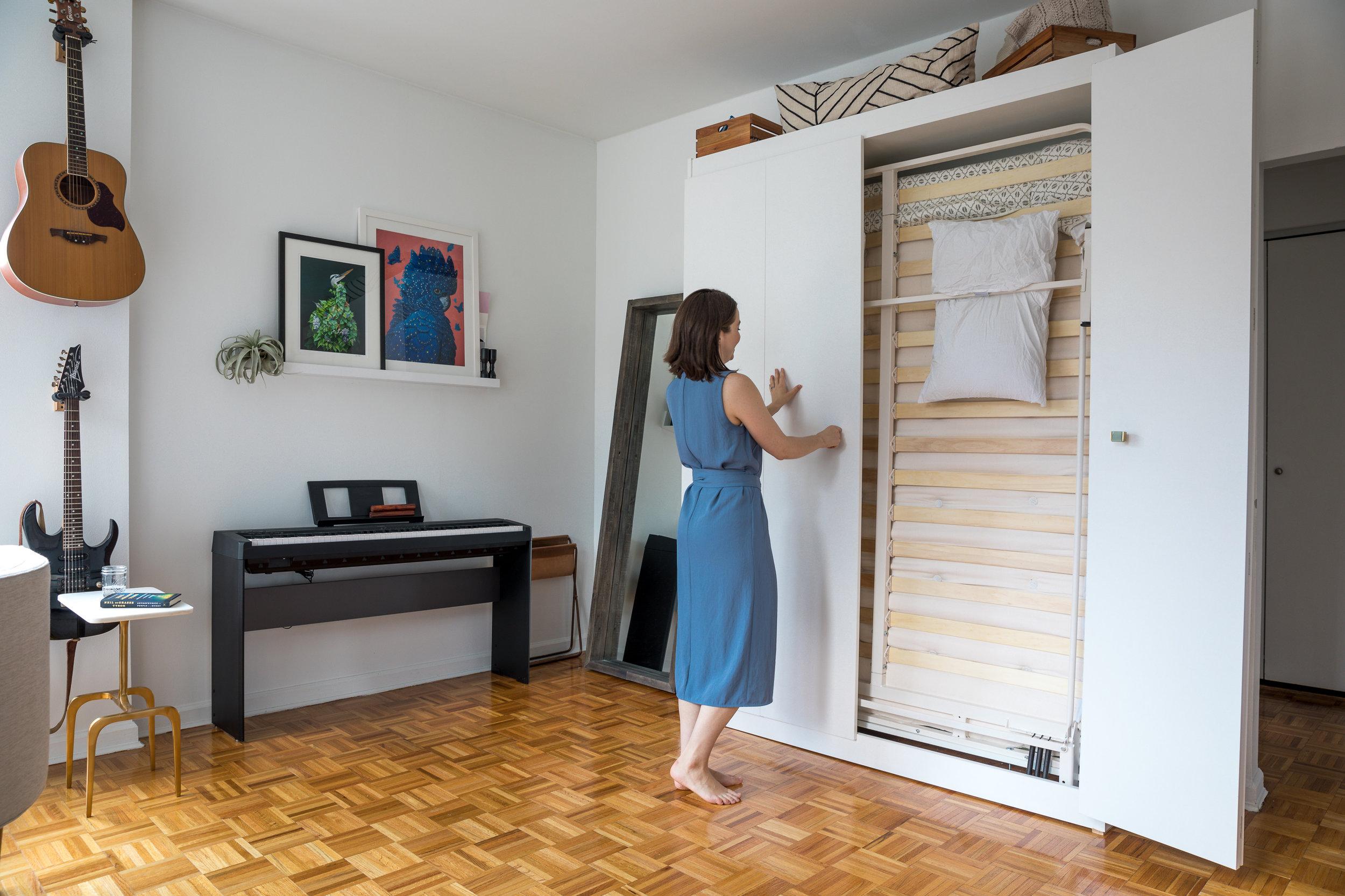 Wall Bed / Murphy Bed - closing the doors