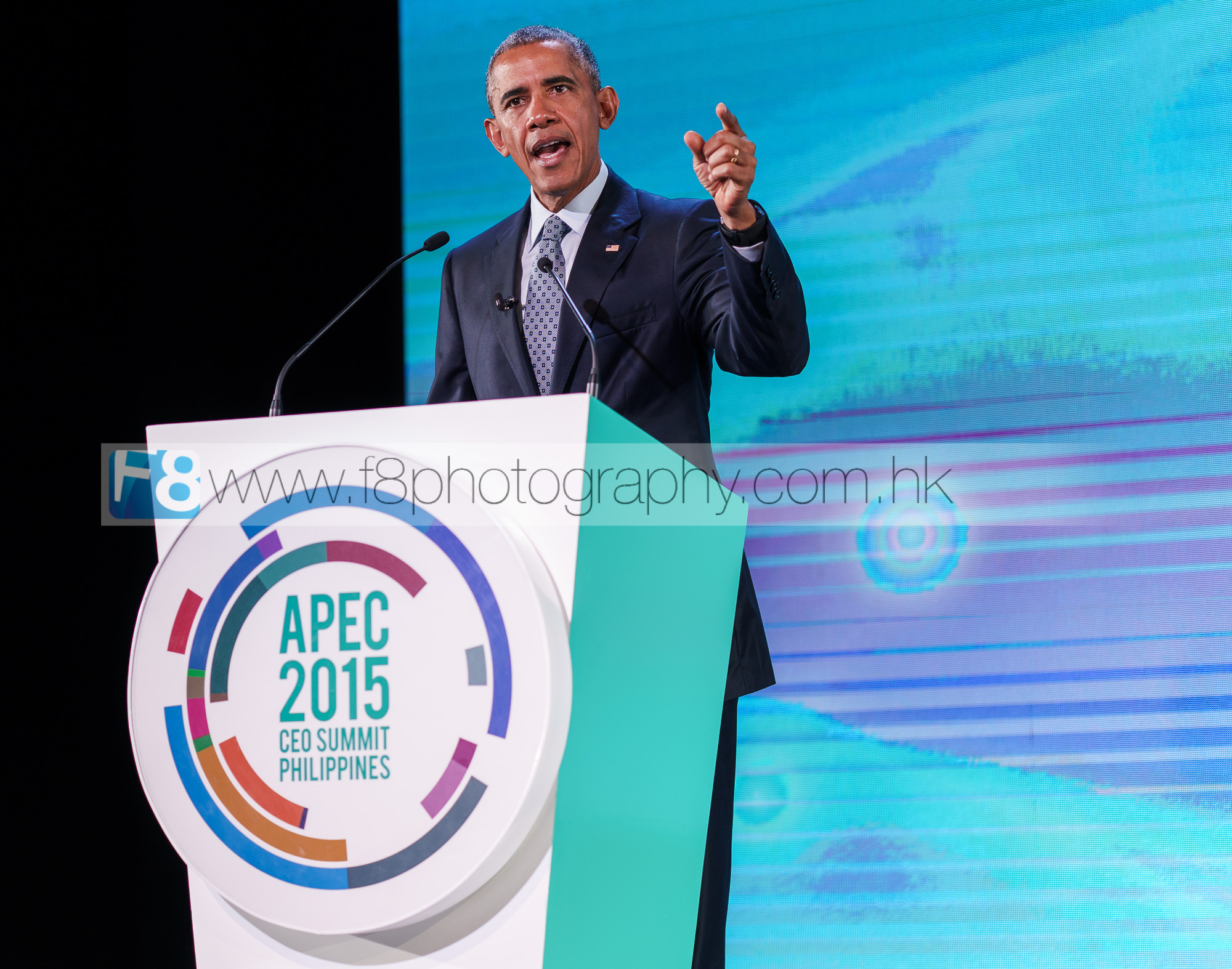 President of the United States, Mr Barack Obama arrives on stage to a standing ovation on the final day of APEC 2015 in Manila, Philippines.