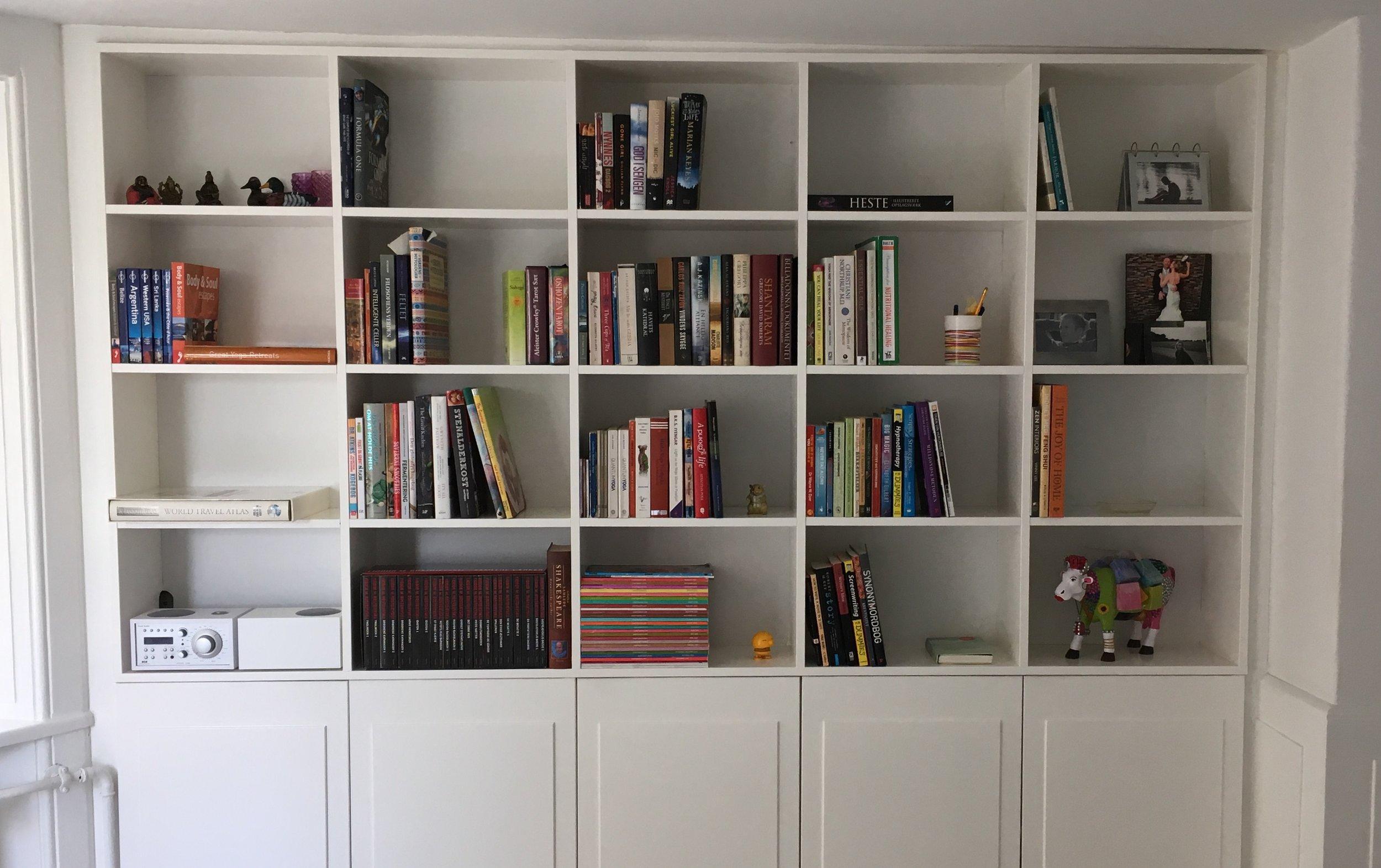 Bogreol - efter. Bøger stigende i glad retning 📈