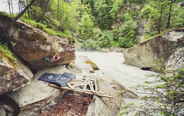 Life has its twists and turns, but some things always stay the same. Happy to be back in Ötztal to climb on some old favourites 😊🌊☀️🏞️🇦🇹 Am Wasser gebaut (7c+/v10)  @_madeleineeppensteiner @awesomewoodys @chillaz.flagshipstore.tyrol @pinnacle_sports #bouldering #bouldern #boulderinglife #bouldering_pictures_of_instagram #climbing #klettern #climbing_photos_of_instagram #climbing_lovers #climbing_worldwide #climbinglife #climbpinnaclesports #oetztal #tirol #austria #adventure #outdoors #explore #nature