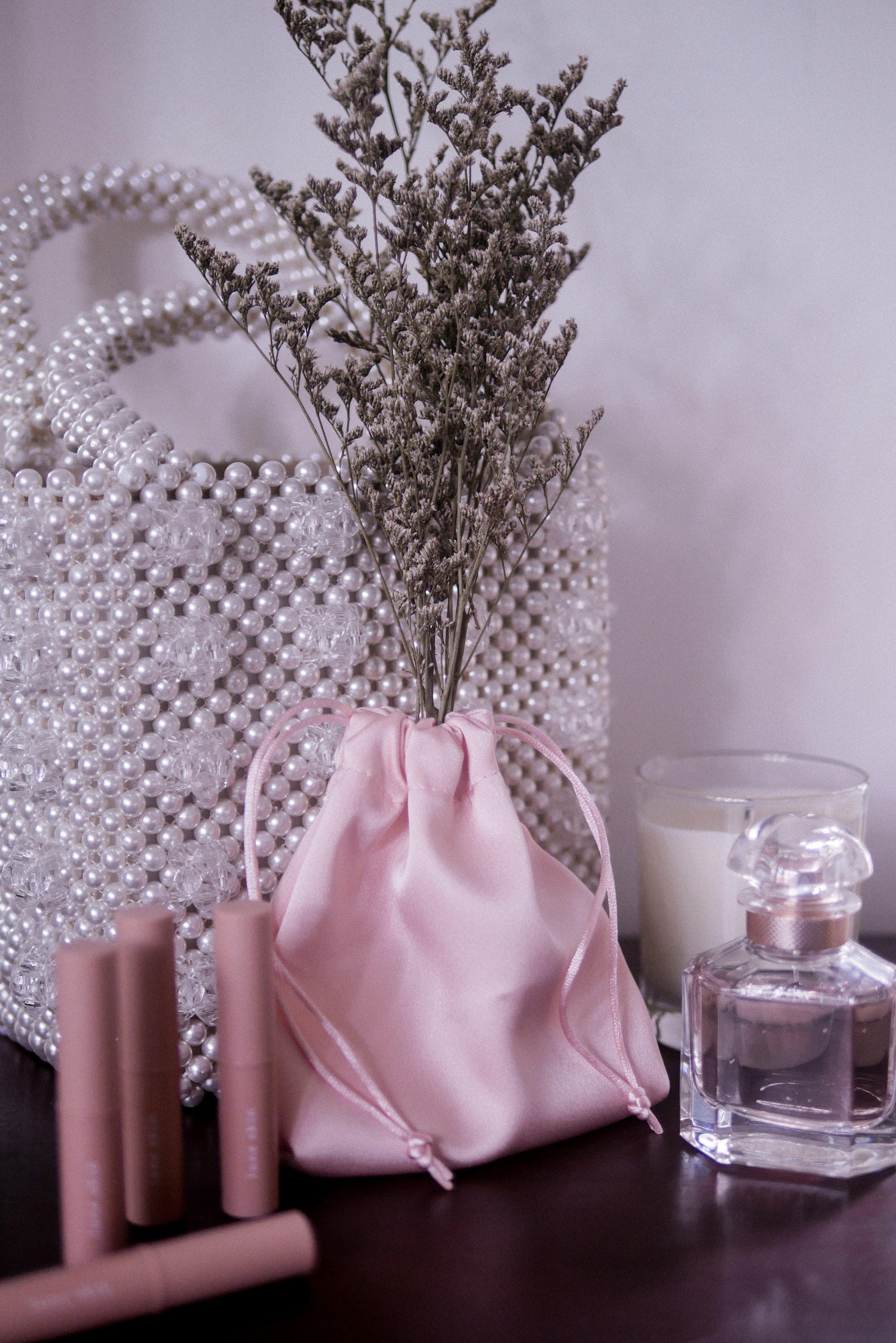 Lune Skin juga menjual kantong serut warna  pink  berbahan satin yang dapat digunakan untuk menyimpan lipstick maupun  smartphone charger  dan benda lainnya agar tidak berantakan di dalama tas.  Simple, useful and cute !