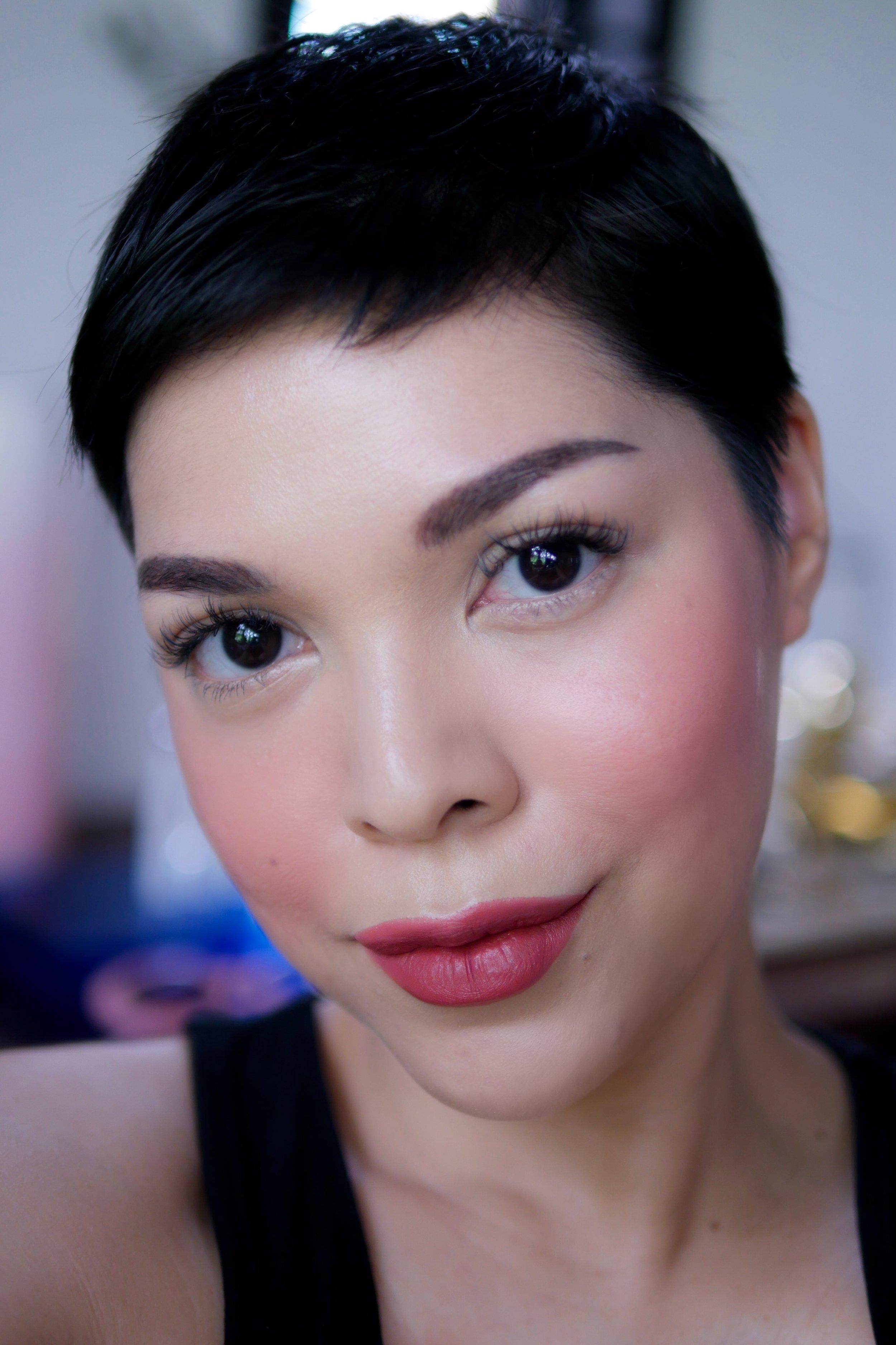 Pipi dan bibir menggunakan  Trope Velvet Matte Lipstick   shade   No.03 Peony .