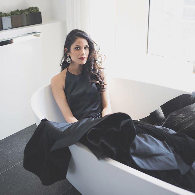 je suis… . . …dans une baignoire.  Dress: @taralatour  Earrings: @haranijewels  Photo: @dharpooja  Hair/makeup: @arfanajasar Styling: @ammachic_  Lipstick: @tinted #huestick . #taralatour #haranijewels #tinted