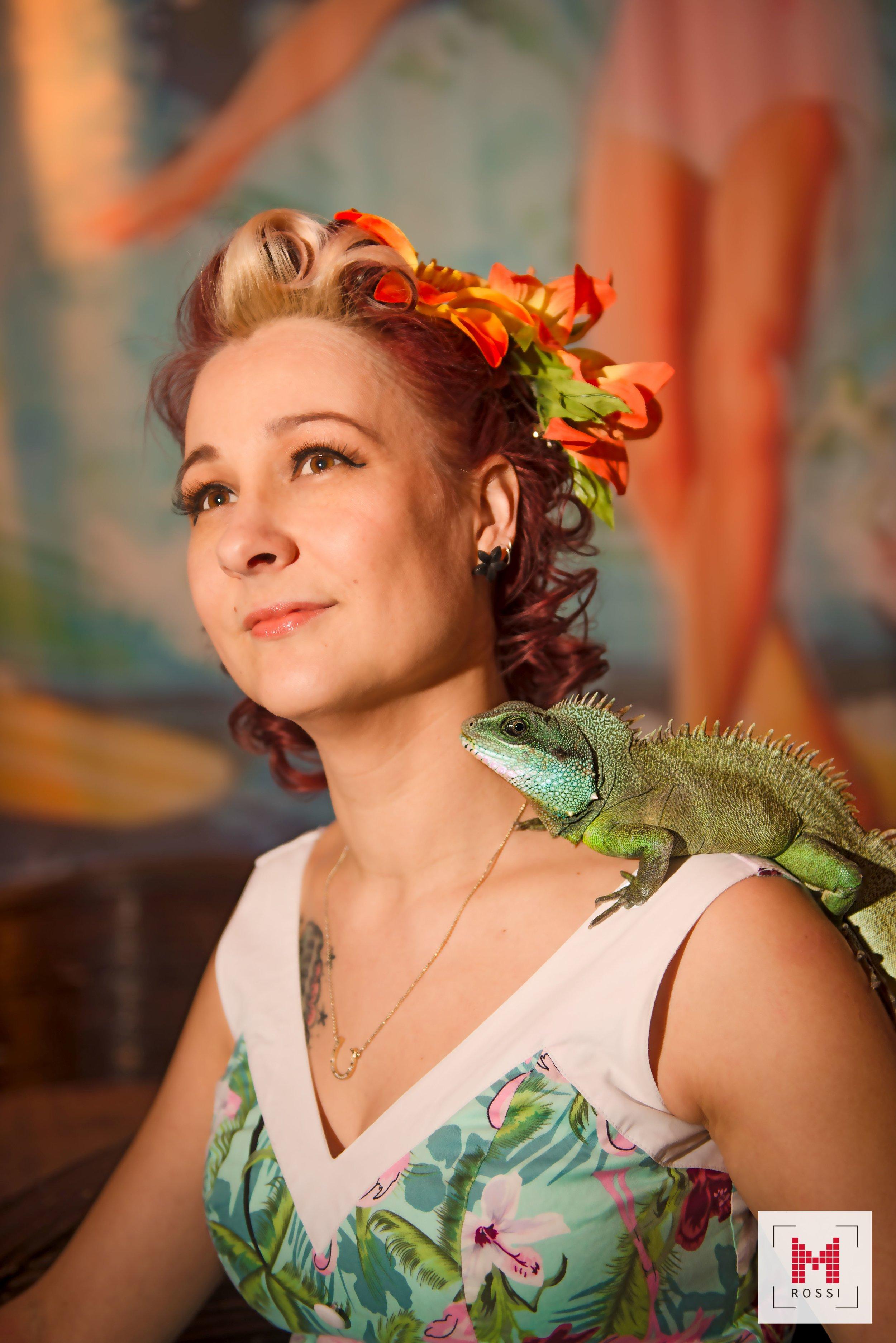 Suza la Rubini  Vice President Minna Rossi Photo  Susan on tyttö laittamaan asioita ja ideoita eteenpäin! Hän ammentaa voimansa ystävistä, luonnosta ja eläimistä, ja sydämeni sykkii ja jalkani liikkuvat vanhan swing-musiikin tahdissa! Rakastan pukeutua ja laittautua, ja monesti More is More. Anna itsesi säihkyä!  Susan is a hard workin woman with a lot of ideas. Along with the nature and the animals, music is her life force and old times swing music makes her legs dance. She have always thought that More is more, Let yourself Shine along with the sun!   https://www.facebook.com/Suza-la-Rubini-225364404840551/