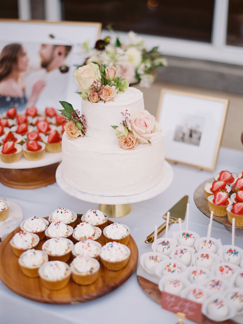 cake display outdoor wedding