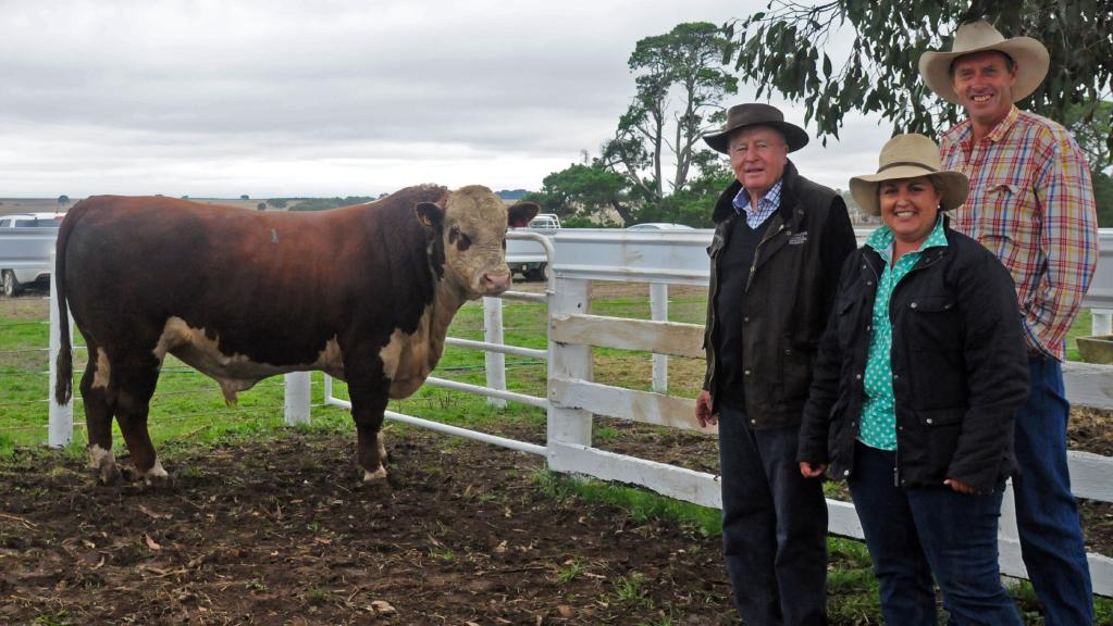 David Jenkin and buyers of the $9000 bull, Angela and Andrew Lyons, Wilkah Herefords, Vasey. Picture courtsey The Weekly Times.