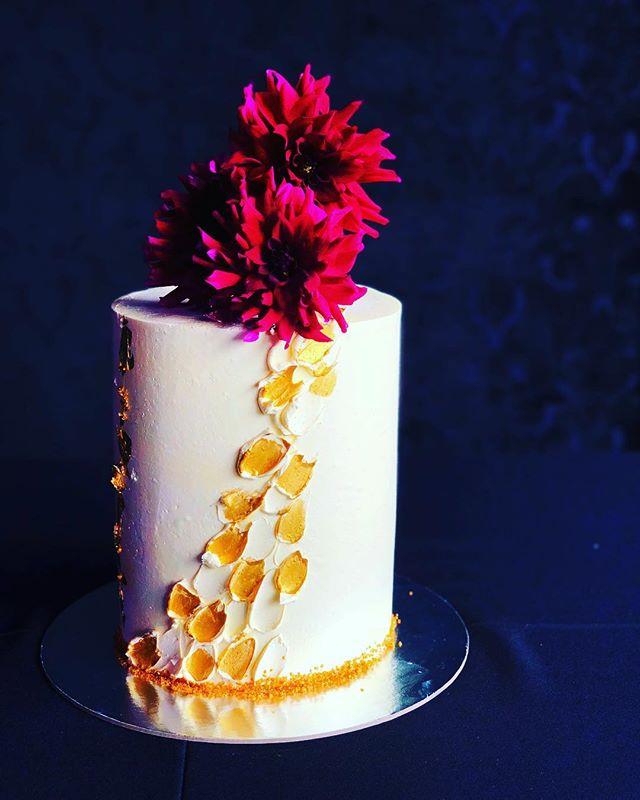 Flower Power.  Caramel Delight. . . . . . #baking #bakesbyjean #beautifulcuisines #cake #cakeoftheday #cakeguide #dessert #f52grams #homemade #instacake  #pastrychef  #sweetmagazine  #bakeandshare #thebakefeed #pastrydelights #wedding #weddingcake #flowerpower