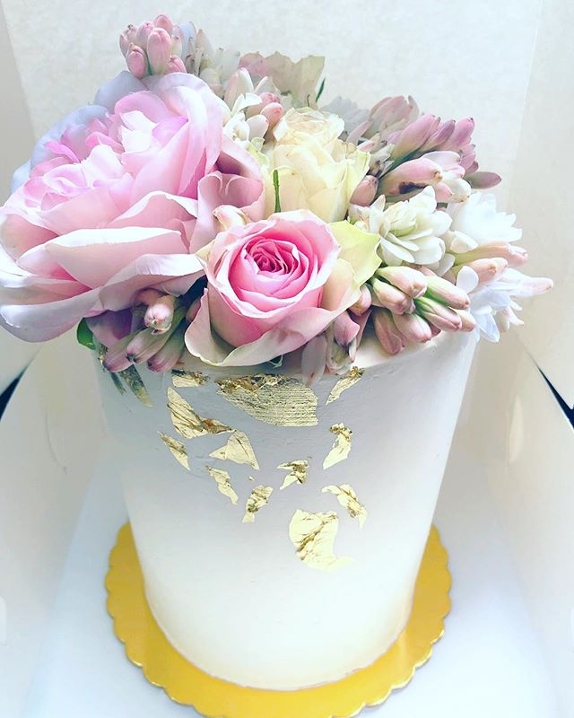 I want a bunch of flowers like these ones!! . . . . . . #baking #bakesbyjean #beautifulcuisines #cake #cakeoftheday #cakeguide #dessert #f52grams #homemade #instacake #matchboxmoment #pastrychef  #sweetmagazine  #bakeandshare #thebakefeed #pastrydelights #wedding #weddingcake #birthday #birthdaycake