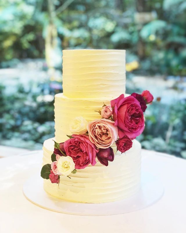 How amazing are those flowers by @florettabygrace?! Just so beautiful! And the cake ain't bad either! Both suited the romantic setting @lyrebirdfalls perfectly.  I'll use any excuse to get away to the Dandenong Ranges! . . . . . #baking #bakesbyjean #beautifulcuisines #cake #cakeoftheday #cakeguide #dessert #f52grams #homemade #instacake #matchboxmoment #pastrychef  #sweetmagazine  #bakeandshare #thebakefeed #pastrydelights #wedding #weddingcake #florettabygrace #lyrebirdfalls #flowers #dandenongranges #weddingflowers