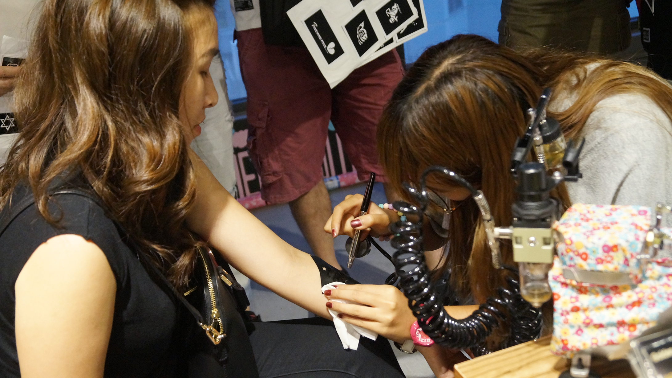henna紋身同紋身噴槍 , 呢兩款紋身嘅攤檔都好受歡迎呀!各有各特色架!