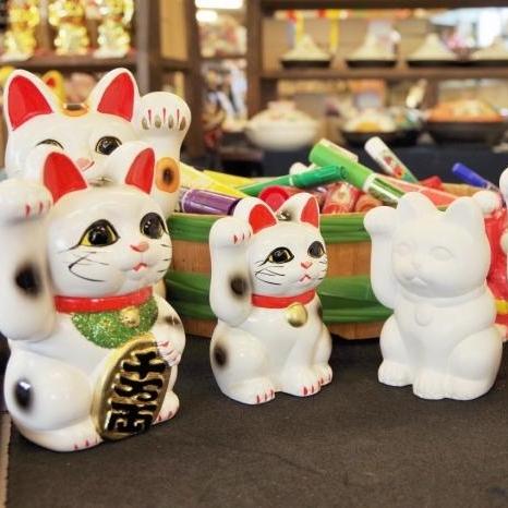 常滑燒招財貓 (附繪製) - 課程簡介:「常滑燒」陶器產自愛知縣常滑市,是日本招財貓生產量第一的城市。每位參加者可獲配一隻沒有上釉的招財貓並自由上色。完成後,工作人員會將作品寄往日本燒製,燒妥後會聯絡參加者到AQUA PLAZA取回作品(需時約一個月)。時間:每節1小時i) Sep 8, 12:30 - 1:30 pmii) Sep 8, 3:30 - 4:30 pmiii) Sep 9, 12:30 - 1:30 pmiv) Sep 9, 3:30 - 4:30 pmv) Sep 9, 6:30 - 7:30 pm費用(包括所有材料工具及一件成品):i) HK$100 / 1位ii)親子組:HK$150 / 1位成人與1位12歲或以下兒童