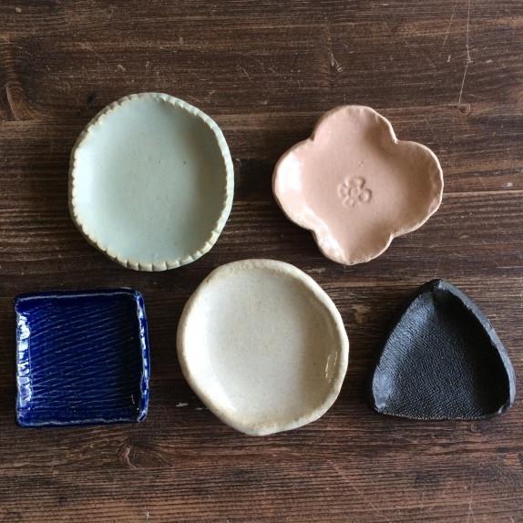 日式豆皿工作坊 - 課程簡介:豆皿,是一種日本特有的食器,初期僅上流階級使用,直到江戶時代中期,平民社會中產階級抬頭,因而開始在平民社會中普及。每位參加者可獲一粒陶泥,即席發揮創意搓揉造型,並可蓋上各款印花圖案設計個人化豆皿。完成後,工作人員會將作品寄往日本燒製,燒妥後會聯絡參加者到AQUA PLAZA取回作品(需時約一個月)。時間:每節1小時i) Sep 8, 2:30 - 3:30 pmii) Sep 8, 5:30 - 6:30 pmiii) Sep 8, 6:30 - 7:30 pmiv) Sep 9, 2:30 - 3:30 pmv) Sep 9, 5:30 - 6:30 pm費用(包括所有材料工具及一件成品):i) HK$100 / 1位ii)親子組:HK$150 / 1位成人與1位12歲或以下兒童