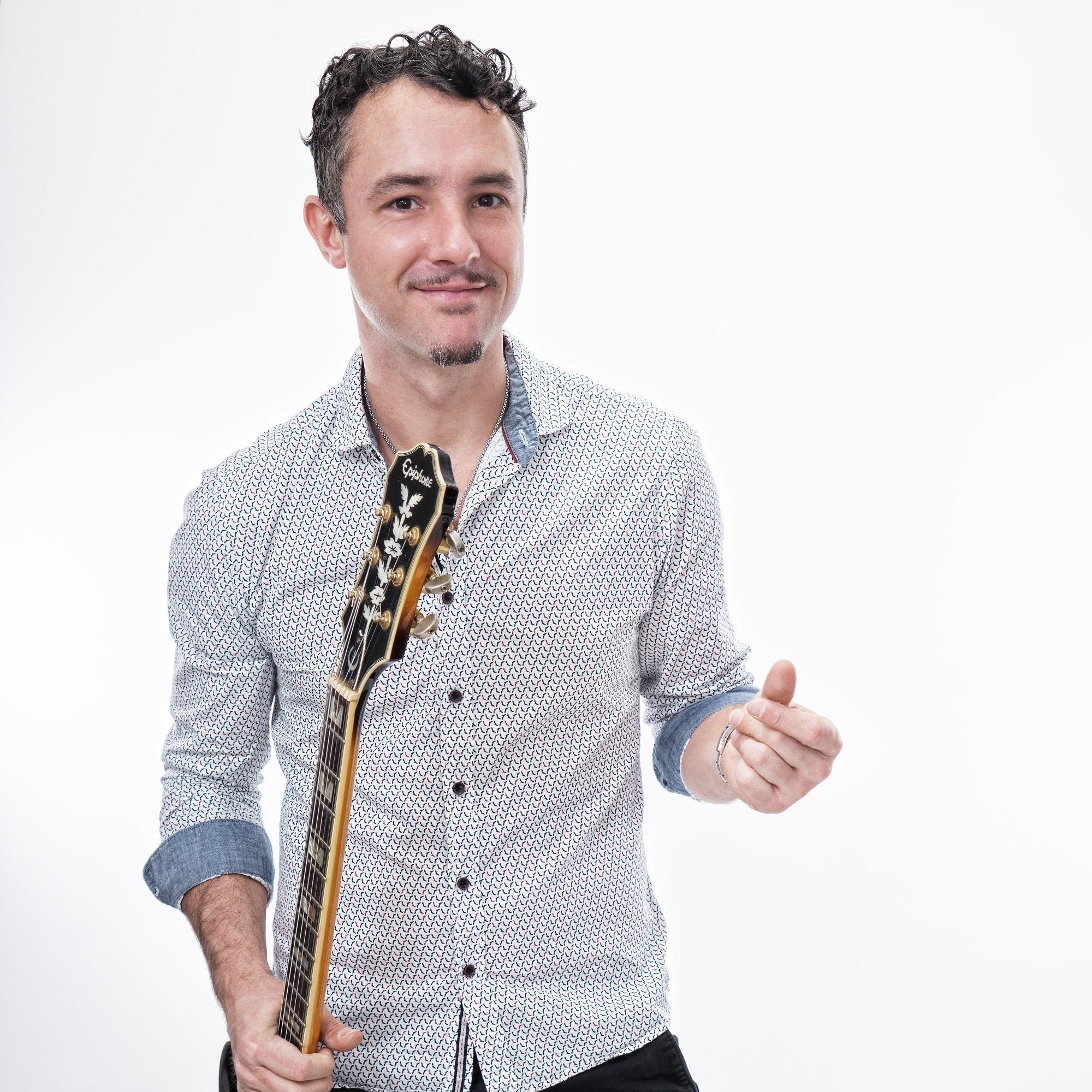 June 15, 2019Gypsy Swing Trio - Time: 2:00 - 4:15 PMGypsy Swing Trio 樂隊主腦安東尼來自法國南特,他的曲目從爵士樂和吉普賽人的經典作品到愛迪·琵雅芙的傳統法國曲調..... 他將帶來一個微妙的法式吉普賽弦音!