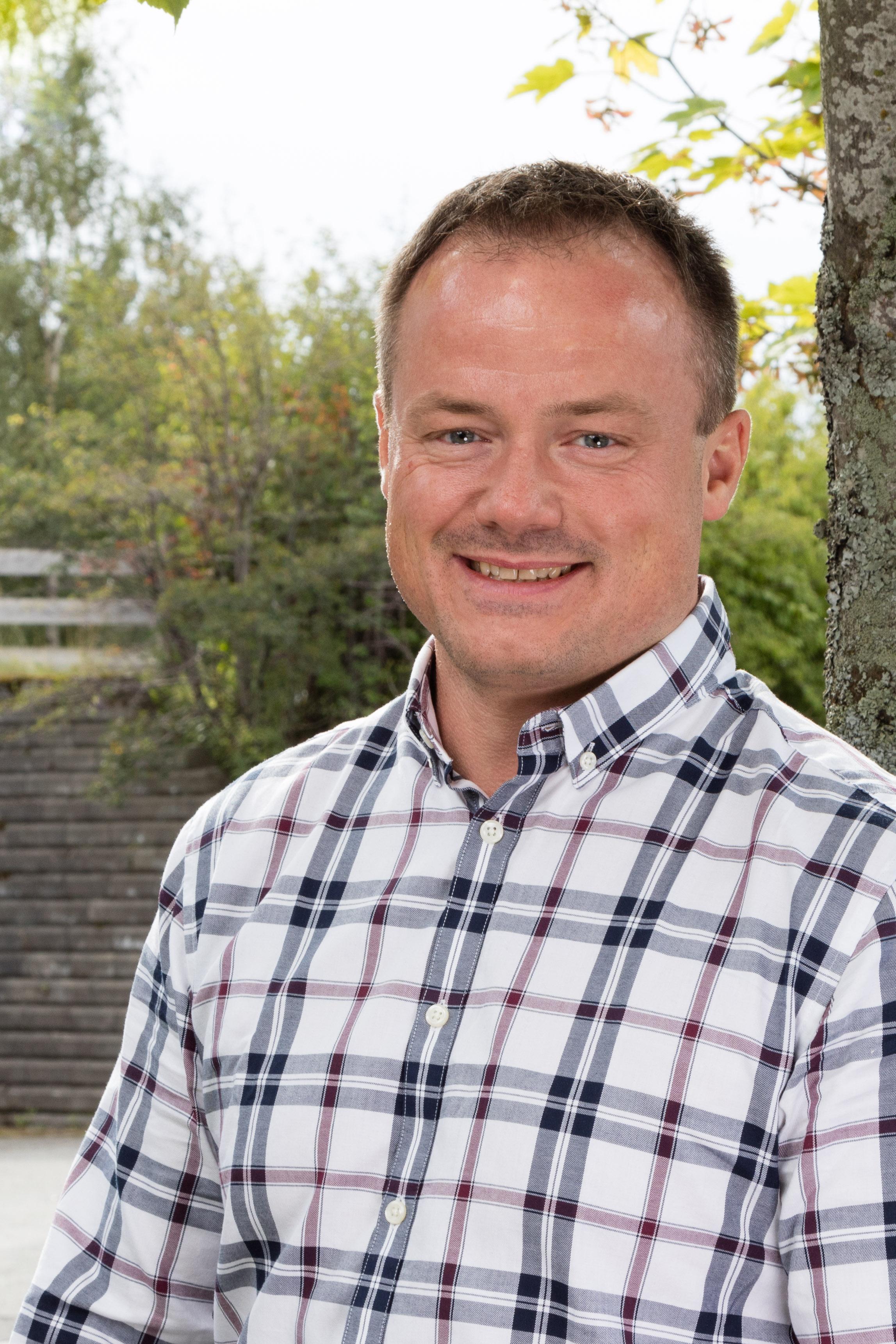 Steinar Iversen  er daglig leder for Opplæringskontoret for Hotell og Restaurantfag i Trøndelag. Kontakt ham gjerne på46 82 69 45 om du har spørsmål knyttet til utdanning i hotell og restaurantfag i Sør-Trøndelag.