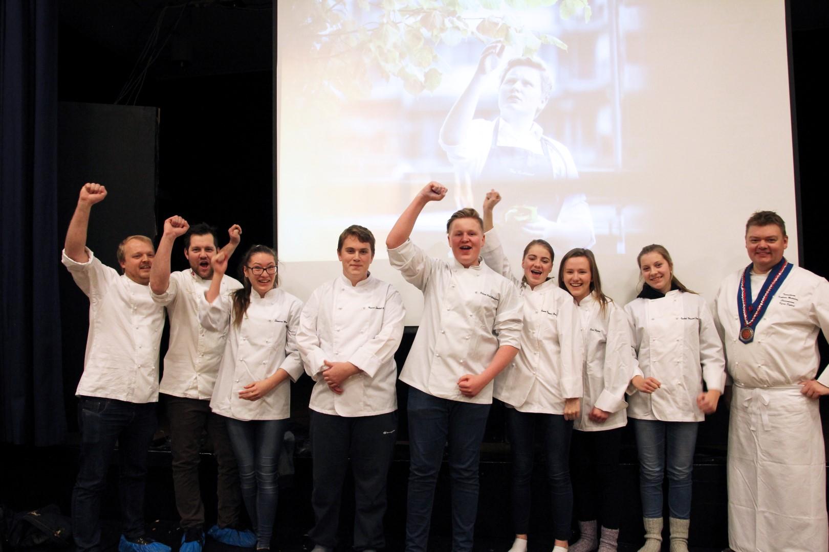 De seks vinnerne fra Hoeggen ungdomsskole sammen restaurant Søstrene Karlsens kjøkkensjefer Christopher Davidsen, Trond Åm og oldermann i Trondheim kokkenes mesterlaug Kyrre Dybdal.