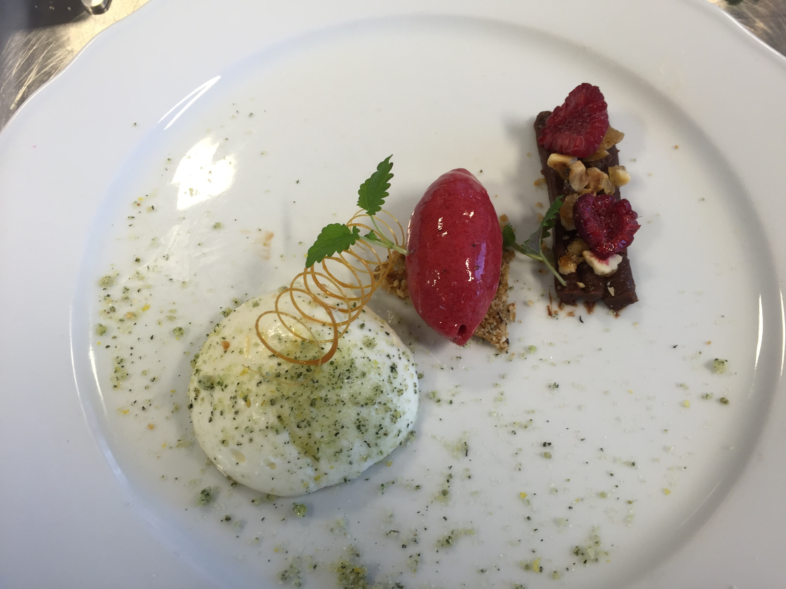 Desserten er rømmemousse, bringebærsorbet og sjokolade og sitronganach