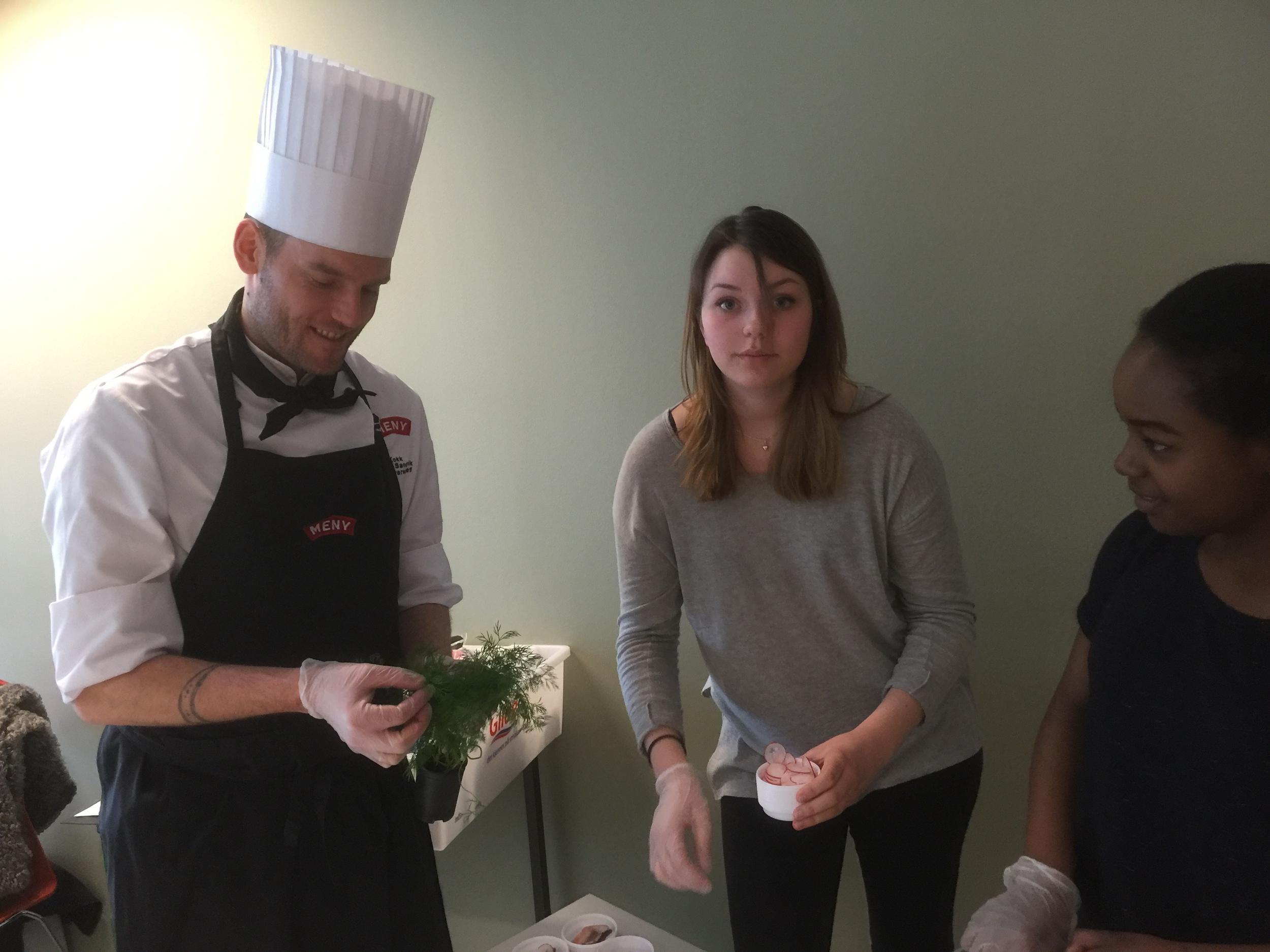 Ferskvaresjef Ståle Sandvik på Meny Solsiden får hjelp toav restaurant- og matfag elevene til å legge opp smaksprøver.