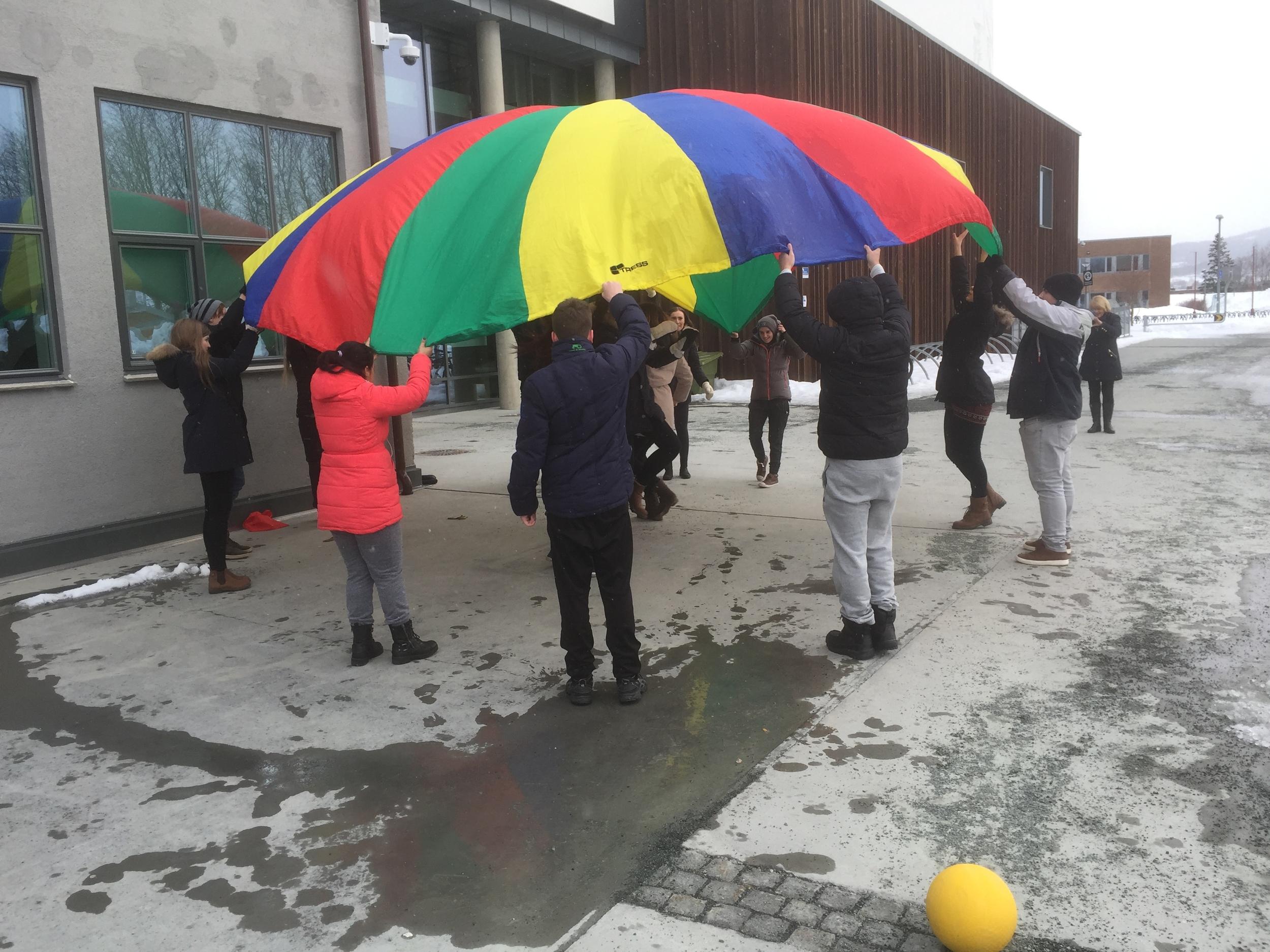 En av Barne- og omsorgsarbeider klassene på Strinda laget 4 ulike aktiviteter for å løse opp litt underveis. Her er det en aktivitet med fallskjerm..