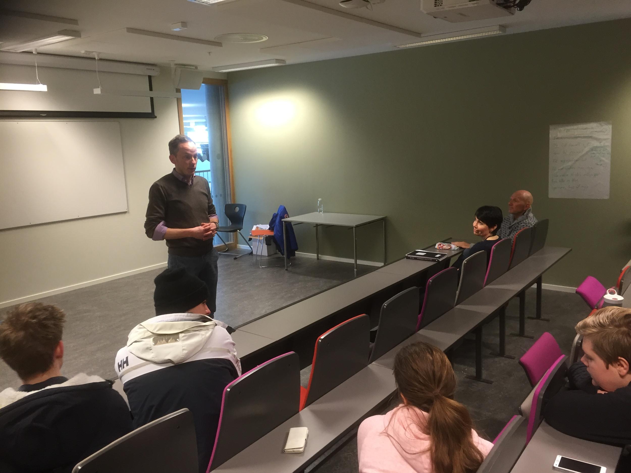 FIS er viktig sier medie-og kommunikasjons lærer Endre W. Skogrand. Det står for god forberedelse, innlevelse og språk. Gode råd å ha med seg på veien når gruppene skal presentere sine oppgaver.